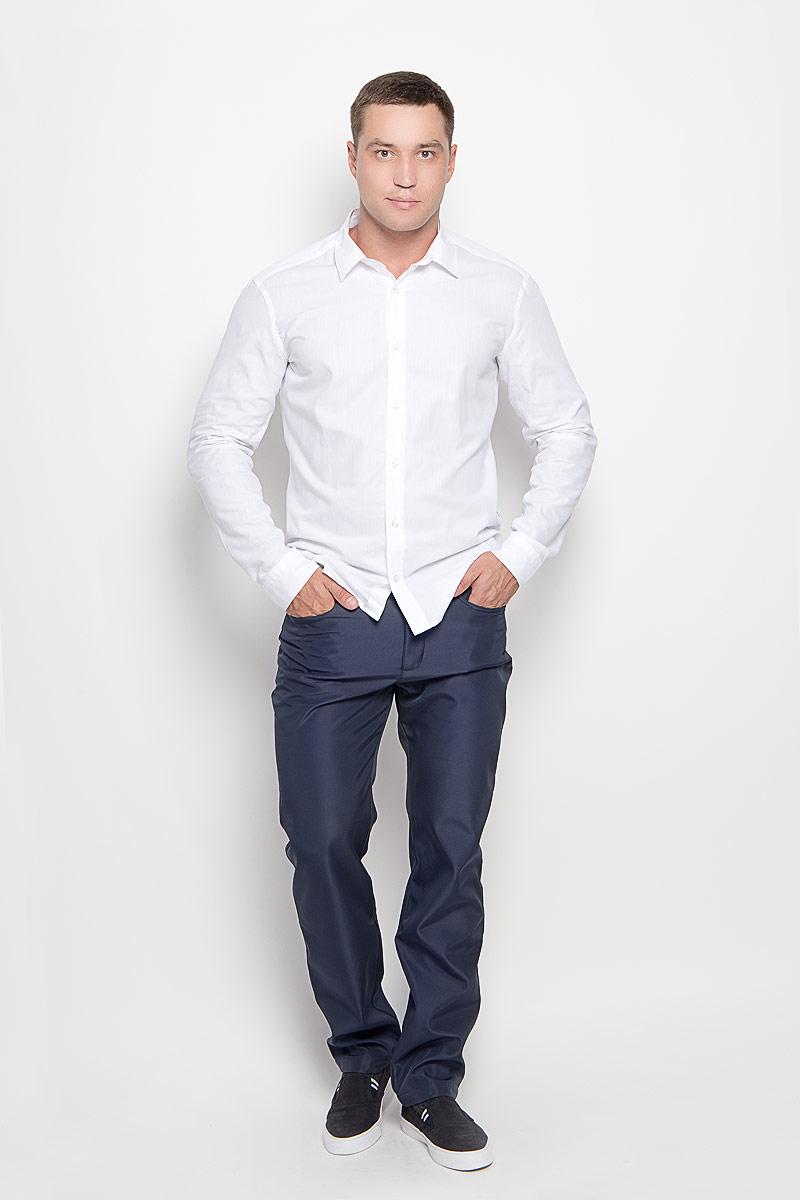 A16-22015_101Стильные мужские брюки Finn Flare великолепно подойдут для повседневной носки и помогут вам создать незабываемый современный образ. Утепленная флисовой подкладкой модель прямого кроя и стандартной посадки изготовлена из полиэстера, благодаря чему великолепно удерживает тепло и превосходно сидит. Брюки застегиваются на ширинку на застежке- молнии, а также пуговицу на поясе. На поясе расположены шлевки для ремня. Модель оформлена двумя открытыми втачными карманами и небольшим накладным кармашком спереди и двумя втачными карманами на пуговицах сзади. Эти модные и в то же время удобные брюки станут великолепным дополнением к вашему гардеробу. В них вы всегда будете чувствовать себя уверенно и комфортно.