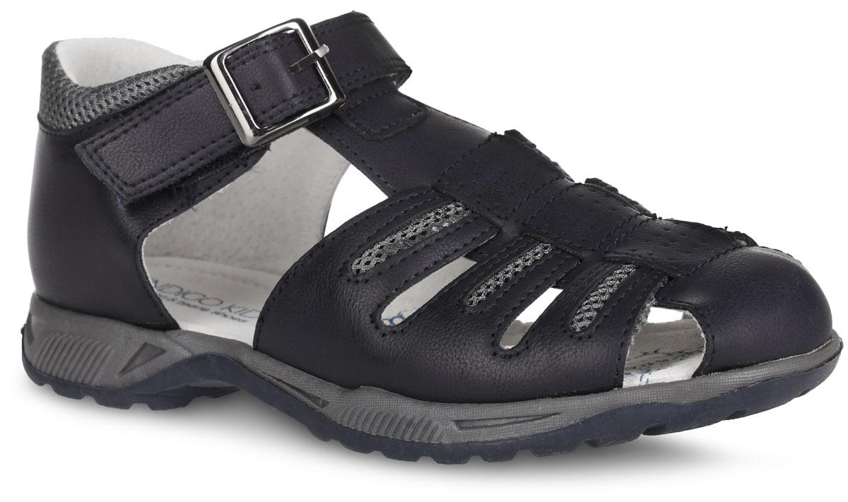 Сандалии для мальчика. 20-23420-234A/12Модные сандалии от Indigo Kids придутся по душе вашему мальчику. Модель, изготовленная из искусственной кожи, дополнена вставками из текстиля и оформлена контрастной прострочкой. Ремешок с застежкой-липучкой, оформленный металлической пряжкой, обеспечивает надежную фиксацию модели на ноге. Внутренняя поверхность из натуральной кожи не натирает. Стелька из натуральной кожи дополнена супинатором, который обеспечивает правильное положение стопы ребенка при ходьбе и предотвращает плоскостопие. Подошва с рифлением обеспечивает сцепление с любой поверхностью. Стильные сандалии - незаменимая вещь в гардеробе каждого мальчика!