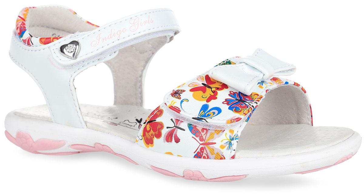 Сандалии для девочки. 21-188A/1221-188A/12Прелестные сандалии от Indigo Kids придутся по душе вашей девочке и идеально подойдут для повседневной носки в летнюю погоду! Модель, выполненная из искусственной кожи, оформлена принтом в виде бабочек, на переднем ремешке - декоративным бантиком, на верхнем ремешке - металлическим элементом в виде сердца, украшенного стразами и названием бренда. Ремешки с застежками-липучками обеспечивают надежную фиксацию модели на ноге. Внутренняя поверхность и стелька из натуральной кожи комфортны при ходьбе. Стелька дополнена супинатором, который обеспечивает правильное положение стопы ребенка при ходьбе и предотвращает плоскостопие. Подошва с рифлением гарантирует отличное сцепление с любой поверхностью. Прелестные сандалии - незаменимая вещь в гардеробе каждой девочки!