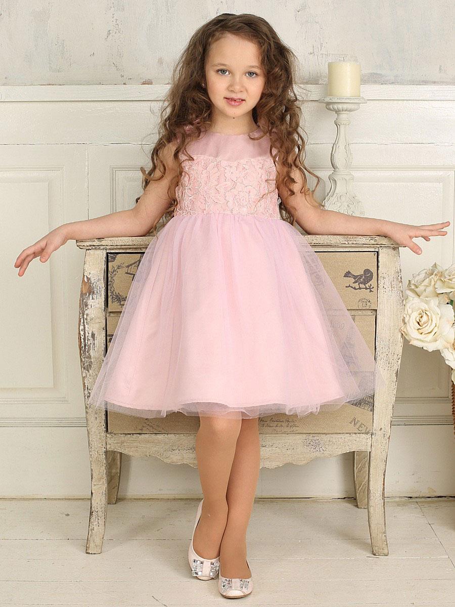 Платье185920Красивое платье для девочки Sweet Berry идеально подойдет вашей маленькой принцессе для праздничных мероприятий. Платье выполнено из полиэстера на подкладке из натурального хлопка, оно мягкое и приятное на ощупь, не сковывает движения и позволяет коже дышать, не раздражает даже самую нежную и чувствительную кожу ребенка, обеспечивая ему наибольший комфорт. Платье с круглым вырезом горловины имеет слегка завышенную линию талии. На спинке модель застегивается на молнию, что помогает с легкостью переодеть ребенка. От линии талии заложены складочки, придающие изделию пышность. Верхняя часть объемной многослойной юбки выполнена из мягкой микросетки. На подъюбнике предусмотрена оборка из микросетки. На плечах модель дополнена двумя атласными бантиками. Верхняя часть платья украшена кружевом и вышитыми цветами из бисера. Очаровательное платье послужит отличным дополнением к детскому гардеробу. В нем ваша маленькая модница будет чувствовать себя комфортно, и...