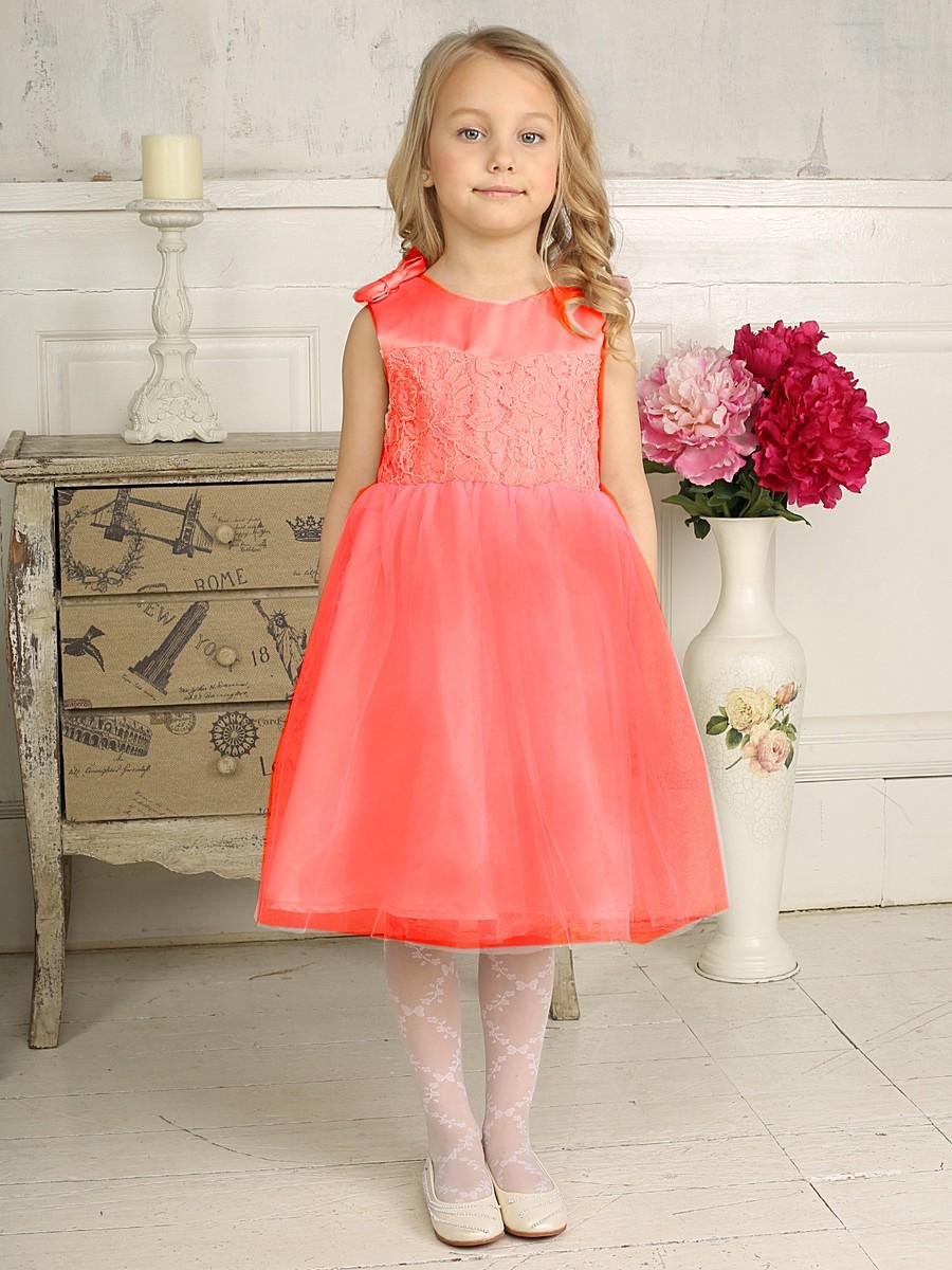 Платье для девочки. 185921/185920185920Красивое платье для девочки Sweet Berry идеально подойдет вашей маленькой принцессе для праздничных мероприятий. Платье выполнено из полиэстера на подкладке из натурального хлопка, оно мягкое и приятное на ощупь, не сковывает движения и позволяет коже дышать, не раздражает даже самую нежную и чувствительную кожу ребенка, обеспечивая ему наибольший комфорт. Платье с круглым вырезом горловины имеет слегка завышенную линию талии. На спинке модель застегивается на молнию, что помогает с легкостью переодеть ребенка. От линии талии заложены складочки, придающие изделию пышность. Верхняя часть объемной многослойной юбки выполнена из мягкой микросетки. На подъюбнике предусмотрена оборка из микросетки. На плечах модель дополнена двумя атласными бантиками. Верхняя часть платья украшена кружевом и вышитыми цветами из бисера. Очаровательное платье послужит отличным дополнением к детскому гардеробу. В нем ваша маленькая модница будет чувствовать себя комфортно, и...