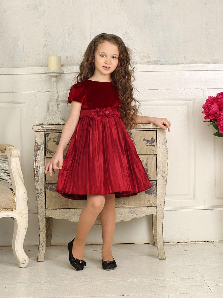 Платье для девочки. 185917185917Красивое платье для девочки Sweet Berry станет замечательным дополнением к гардеробу вашей модницы. Платье изготовлено из полиэстера на подкладке из натурального хлопка, оно мягкое и приятное на ощупь, не сковывает движения и позволяет коже дышать, не раздражает даже самую нежную и чувствительную кожу ребенка, обеспечивая наибольший комфорт. Платье с круглым вырезом горловины и рукавами-крылышками имеет слегка завышенную линию талии. Модель на спинке застегивается на молнию, что помогает с легкостью переодеть ребенка, а также сзади на поясе завязывается на бант. Верх платья выполнен из бархата, низ - из тафты. На подъюбнике предусмотрена оборка из сетки, придающая объем. Пояс изделия декорирован цветами из ткани с бусинами. Такое платье идеально подойдет для праздничных мероприятий. В нем ваша маленькая принцесса будет чувствовать себя стильно и модно, и всегда будет в центре внимания!