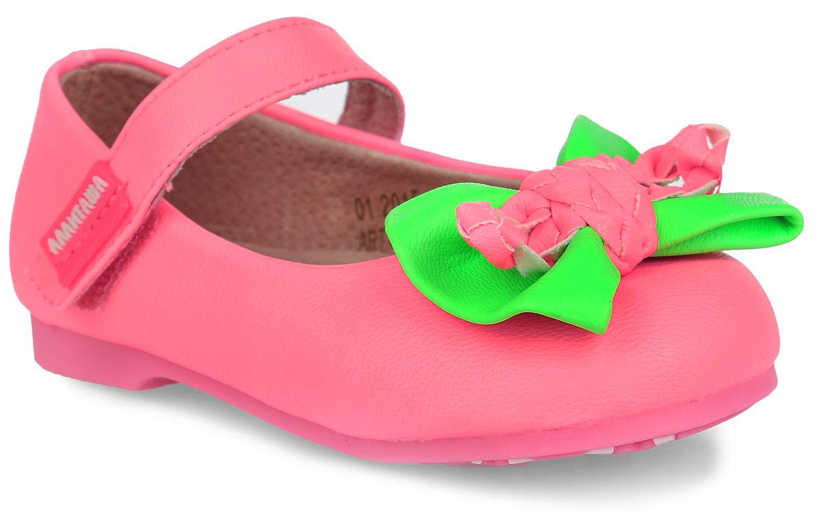 Туфли для девочки. 000350301000350301Удобные и стильные туфли Аллигаша очаруют вашу маленькую принцессу с первого взгляда! Оригинальный и яркий дизайн дополнен красивой фурнитурой. Верх модели выполнен из мягкой искусственной кожи, разработанной по последним технологиям, позволяет туфелькам совмещать в себе комфорт и износоустойчивость. Стелька с супинатором и подкладка изготовлены из натуральной кожи, благодаря чему обувь дышит, что обеспечивает идеальный микроклимат. Усиленная задняя пяточная часть соответствует всем рекомендациям ортопедов. Анатомическая стелька обеспечивает правильное формирование детской стопы. Для удобства обувания и надежной фиксации стопы на подъеме имеется ремешок на липучке. Подошва, изготовленная из полиуретана, не скользит и обеспечивает хорошее сцепление с поверхностью. Мыс туфель украшен милым кожаным бантиком контрастного цвета. Чудесные туфли прекрасно дополнят любой наряд вашей модницы.