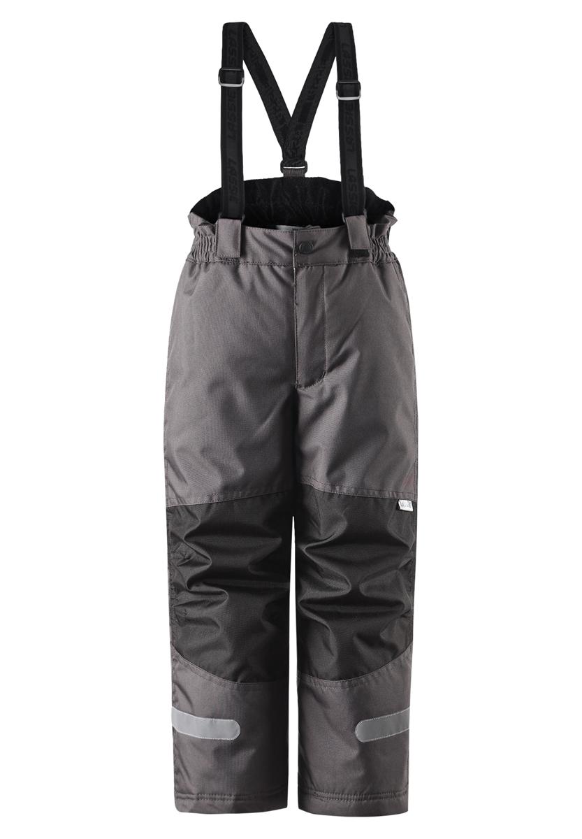 722695-6740Пусть идет снег! Эти очень практичные и функциональные детские зимние брюки идеально подходят для активных игр на свежем воздухе! Они усилены сверхпрочным материалом и снабжены защитой от снега на концах брючин, так что ножкам будет тепло и сухо. Задний средний шов проклеен, водонепроницаем. Съемные регулируемые подтяжки позволяют откорректировать брюки идеально по размеру. Свободный крой.