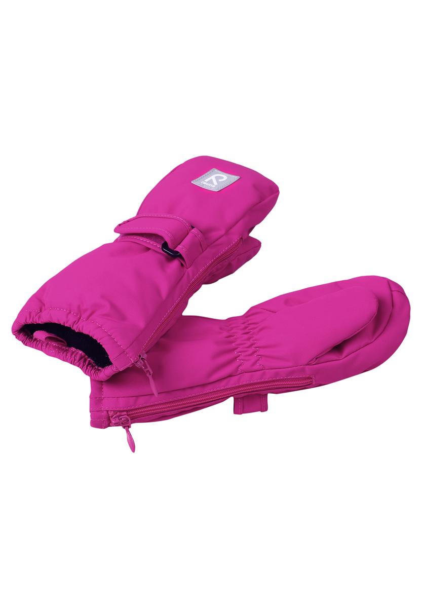 Варежки детские. 517135517135-4620Детские варежки Reima, изготовленные из мембранной ткани с водо- и ветрозащитным покрытием, станут идеальным вариантом, для холодной зимней погоды. Уникальный дышащий материал с безопасным и простым в уходе покрытием и теплая подкладка из синтепона надежно сохранят тепло и не дадут ручкам вашего малыша замерзнуть. Варежки дополнены регулируемыми хлястиками на липучках с пластиковой пряжкой, а также застежками- молниями по бокам, которые позволяют легко надевать и снимать варежки. Манжеты дополнены эластичными резинками. С внешней стороны варежки оформлены светоотражающими нашивками. Средняя степень утепления. Идеально при температурах от 0°С до -20°С.