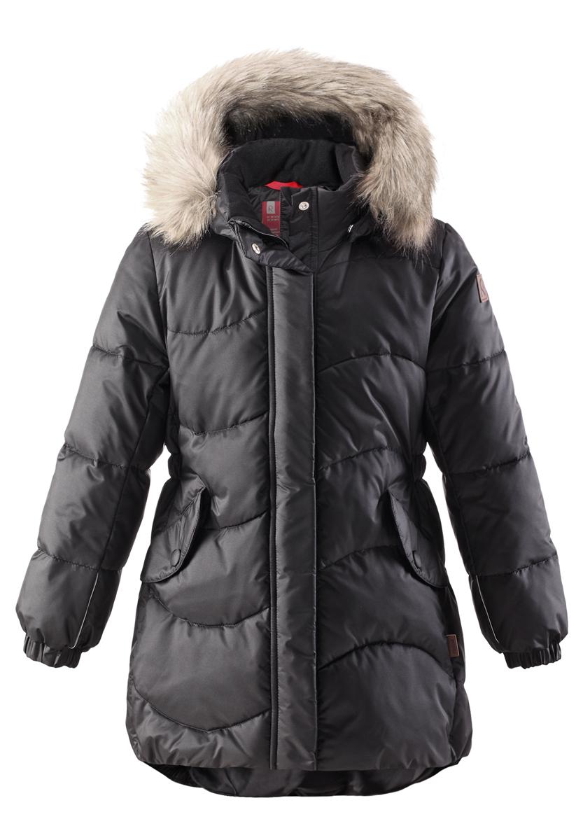 Куртка для девочки Sula. 531228531228-4620Модная куртка Reima Sula со средней степенью утепления станет отличным дополнением к гардеробу вашей дочурки. Куртка изготовлена из водонепроницаемой и ветрозащитной мембранной ткани - полиамида с добавлением полиэстера на подкладке из 100% полиэстера. Благодаря специальной обработке полиуретаном, поверхность изделия отталкивает грязь и воду, что облегчает поддержание аккуратного вида одежды. Дышащий материал изделия обеспечивает дополнительный комфорт. В качестве утеплителя используется 100% полиэстер. Куртка с воротником-стойкой и съемным капюшоном застегивается на застежку-молнию и дополнена ветрозащитным клапаном с застежками-кнопками. Капюшон, украшенный съемным искусственным мехом, пристегивается к куртке с помощью кнопок. Мягкая подкладка на капюшоне и воротнике обеспечивает комфорт. Изделие дополнено спереди двумя прорезными карманами с клапанами на кнопках. Манжеты рукавов дополнены эластичными резинками. Нижняя часть модели с внутренней стороны...
