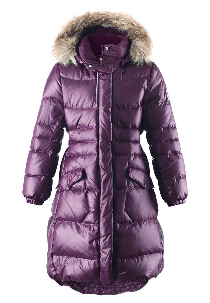 Пальто для девочки Satu. 531237531237-4900Модное пальто Reima Satu станет отличным дополнением к гардеробу вашей дочурки. Пальто изготовлено из ветрозащитной дышащей ткани - 100% полиэстера. Модель обладает высокой степенью утепления, так как в качестве утеплителя используется пух с добавлением пера. Пальто с воротником-стойкой и съемным капюшоном застегивается на застежку-молнию и дополнено ветрозащитным клапаном с застежками-кнопками. Капюшон, украшенный съемным искусственным мехом, пристегивается к пальто с помощью кнопок. Мягкая подкладка на капюшоне и воротнике обеспечивает комфорт. Изделие дополнено спереди двумя прорезными карманами с клапанами на кнопках. Манжеты рукавов дополнены эластичными резинками. Нижняя часть модели с внутренней стороны присборена на эластичные резинки. На спинке по талии модель дополнена вшитой резинкой. Светоотражающие элементы увеличивают безопасность вашего ребенка с темное время суток. Такая стильное пальто станет прекрасным дополнением к гардеробу вашей...