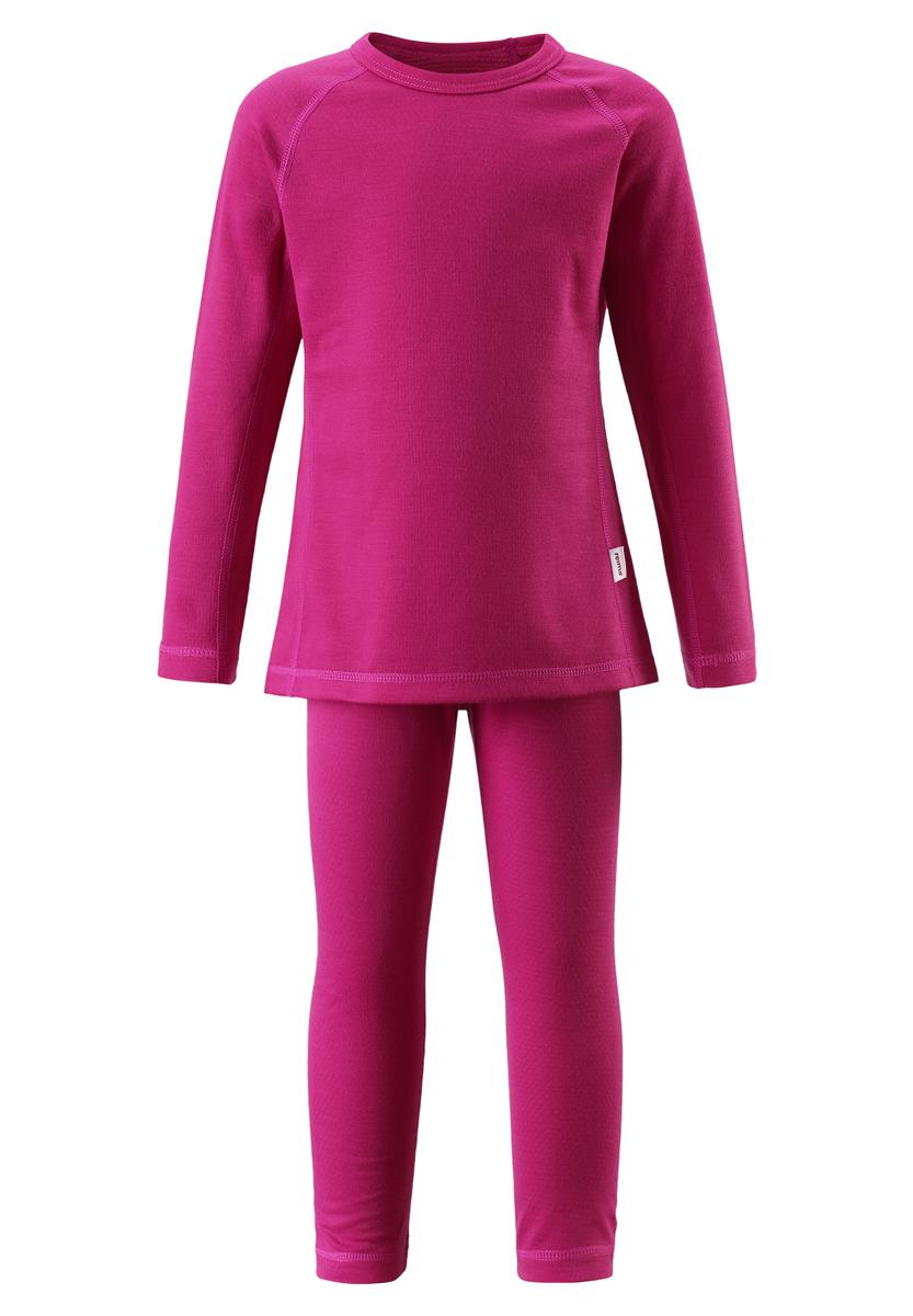 Комплект термобелья детский Thermolite Lani: лонгслив, брюки. 526242526242-4620Детский комплект термобелья Reima Thermolite Lani, состоящий из лонгслива и брюк, изготовлен из высококачественного материала, он идеально подойдет для активных игр в холодное время года. Материал Thermolite не позволит ребенку замерзнуть, он эффективно отводит влагу от кожи, оставляя ее сухой и предотвращая перегревание или переохлаждение, а комфортные плоские швы исключают риск натирания. Лонгслив с длинными рукавами-реглан и круглым вырезом горловины имеет удлиненную спинку, что позволяет без труда заправить его в брюки. Он надежно защитит спину и поясницу малыша от ветра. Брюки прямого кроя имеют широкую эластичную резинку на талии, благодаря чему надежно фиксируются и удобно сидят. Идеально при температуре от -10°C до -30°C. Комплект термобелья будет незаменим для создания базового слоя под теплую верхнюю одежду и отлично подходит для зимних видов спорта, а также игр и прогулок в холодные дни.