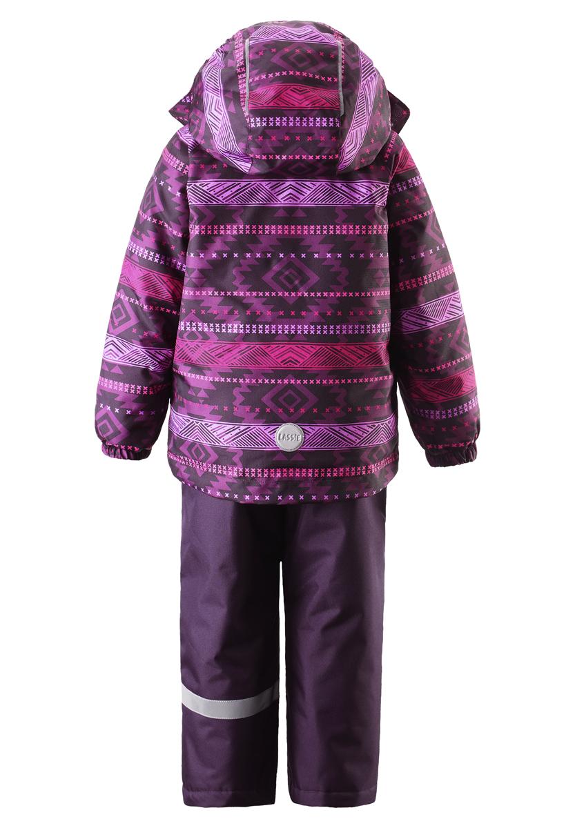Комплект детский Lassie: куртка, брюки. 723693A723693A_4981Детский комплект одежды Reima Lassie, состоящий из куртки и брюк, идеально подойдет для активных детей, которые любят играть на улице в любую погоду. Комплект изготовлен из сверхпрочного, ветронепроницаемого материала с верхним водо- и грязеотталкивающим слоем. Подкладка выполнена из полиэстера. В качестве утеплителя используется 100% полиэстер. Куртка со съемным капюшоном и воротником-стойкой застегивается на пластиковую молнию с защитой подбородка и дополнительно оснащена двойной ветрозащитной планкой на липучках. Капюшон, присборенный по бокам на резинки, защитит нежные щечки от ветра. Он пристегивается к куртке при помощи кнопок и дополнительно имеет клапан под подбородком с застежкой-липучкой. Для большего комфорта на капюшоне и воротнике используется мягкая и приятная на ощупь подкладка. На рукавах предусмотрены эластичные манжеты. Понизу изделия проходит скрытая эластичная резинка со стопперами. Спереди расположены два прорезных кармана на...