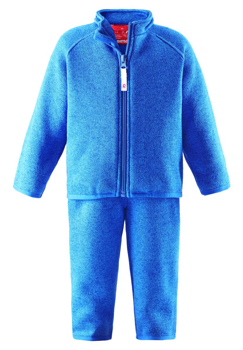 Комплект одежды516274-2320Если надеть этот мягкий и лёгкий флисовый комплект под верхнюю одежду, малышам будет тепло играть на улице в морозный зимний день, но он также прекрасно подходит для игры в помещении! Верхняя часть этого комплекта из двух предметов застёгивается на молнию по всей длине, что облегчает процесс одевания, а благодаря защите подбородка молния не поцарапает кожу при застёгивании. Более длинный задний подол обеспечивает дополнительную защиту. Этот мягкий материал - супер популярный вязаный меланжевый флис, который выглядит как свитер, но имеет все преимущества флиса: тёплый флис удобен в носке, быстро сохнет и выводит влагу во внешние слои. Просто идеальный выбор для активных приключений на свежем воздухе!