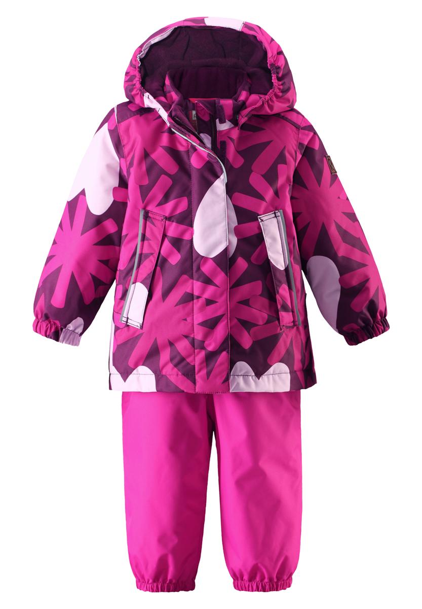 Комплект верхней одежды513100-4901Стильный комплект Reima Misteli, состоящий из теплой куртки и полукомбинезона на широких бретельках, превосходно подойдет для зимних игр. Яркие цвета сезона и весёлый принт обязательно оживят морозное утро, если малышка наденет этот водоотталкивающий зимний комплект! Зимняя куртка и полукомбинезон выполнены из ветронепроницаемого, пропускающего воздух полиэстера с полиуретановой мембраной, поверхность которого отталкивает грязь и влагу. Все швы проклеены, водонепроницаемы, чтобы случайный снег или дождик не прервал весёлую прогулку. Куртка легко надевается и удобно носится с тёплым промежуточным слоем. Куртка прямого покроя имеет безопасный съёмный капюшон - если закреплённый кнопками капюшон зацепится за что-нибудь, он легко отстегнётся. Модель дополнена двумя втачными карманами на кнопках, ветрозащитным клапаном на липучках и эластичными манжетами на рукавах. Завышенная талия и регулируемые подтяжки гарантируют, что полукомбинезон будет сидеть по...