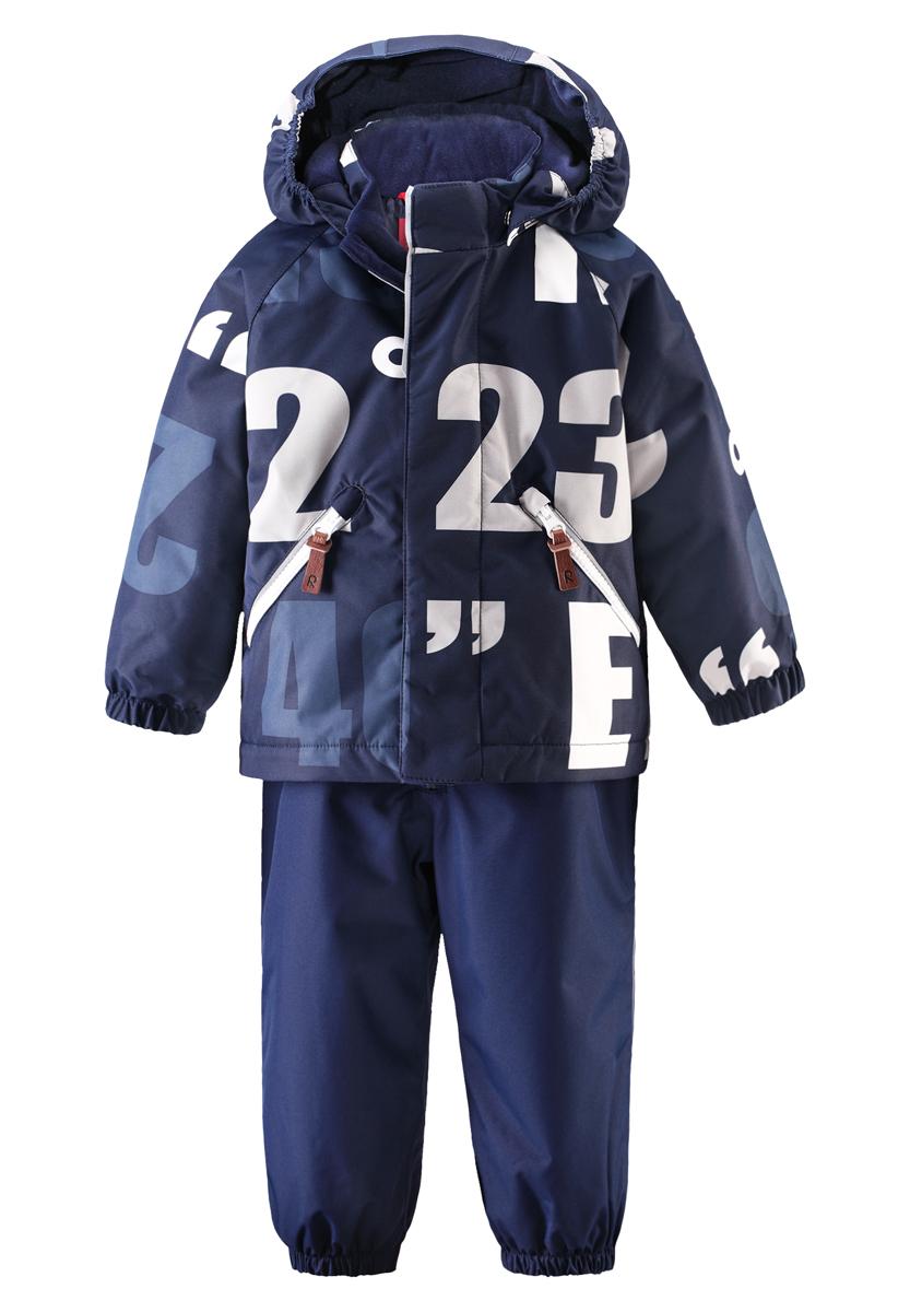 Комплект верхней одежды513099-3831Яркие цвета сезона и весёлый принт обязательно оживят морозное утро, если малыш оденет этот водоотталкивающий зимний комплект! Зимняя куртка и брюки для малышей сшиты из ветронепроницаемого, пропускающего воздух материала, поверхность которого отталкивает грязь и влагу. Все швы проклеены, водонепроницаемы, чтобы случайный снег или дождик не прервал весёлую прогулку. Куртка с подкладкой из гладкого полиэстера легко надевается и удобно носится с тёплым промежуточным слоем. Куртка прямого покроя с безопасным съёмным капюшоном. Если закреплённый кнопками капюшон зацепится за что-нибудь, он легко отстегнётся. В карманы на молнии можно положить маленькие сокровища, а язычки молнии из искусственной кожи делают модный образ ещё интереснее! Завышенная талия и регулируемые подтяжки гарантируют, что брюки будут сидеть по фигуре, а длинная молния впереди облегчает одевание. Благодаря дополнительно утеплённой задней части брюк малыши не замёрзнут, катаясь на санках и скользя в снегу. Эластичные...
