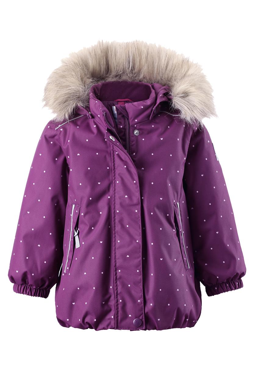 511228B-4908Зимняя мембранная куртка для малышей пошита из водо- и ветронепроницаемого, пропускающего воздух материала, который отталкивает грязь и влагу. Все швы куртки от Reimatec проклеены, водонепроницаемы, чтобы никакая погода не смогла помешать весёлым зимним приключениям! Ткань пропускает воздух, поэтому ребёнок не вспотеет, как бы быстро он ни двигался. Куртка с подкладкой из гладкого полиэстера легко надевается и удобно носится с тёплым промежуточным слоем. Вы заметили, что к куртке можно легко пристегнуть многие из промежуточных слоёв Reima? Благодаря удобным кнопкам для пристегивания промежуточного слоя к верхней одежде по системе PlayLayers, многие флисовые кофты можно пристегнуть к куртке, чтобы малышу было теплее и комфортнее. Съёмный регулируемый капюшон не только защищает от холодного ветра, но и безопасен во время игр на свежем воздухе! Если закреплённый кнопками капюшон зацепится за что-нибудь, он легко отстегнётся. Когда пойдёте гулять, в карманы на молниях можно положить...