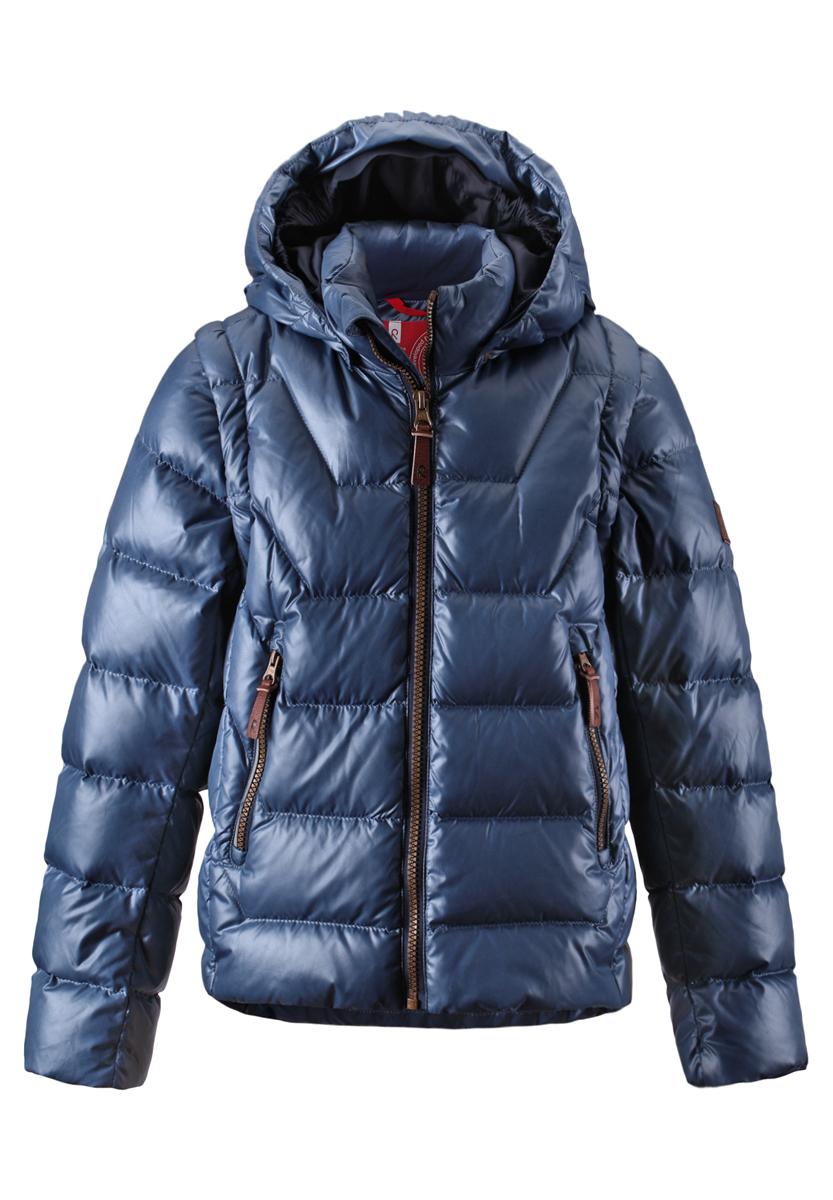 531225-6760Легкий детский пуховик - замечательный выбор для поздней осени и ранней зимы. Этот стильный пуховик теплый, но легкий, а если погода позволяет, куртка легко трансформируется в пуховой жилет - рукава отстегиваются при помощи молнии. В теплые осенние дни рекомендуем надевать под жилет уютный вязаный свитер или флисовую кофту. Капюшон тоже отстегивается. Передние карманы на молниях подойдут для хранения маленьких ценностей, а молния контрастного цвета завершает стильный образ. Эта приталенная модель для мальчиков великолепно выглядит на прогулке в городе, в школе или на активном отдыхе.