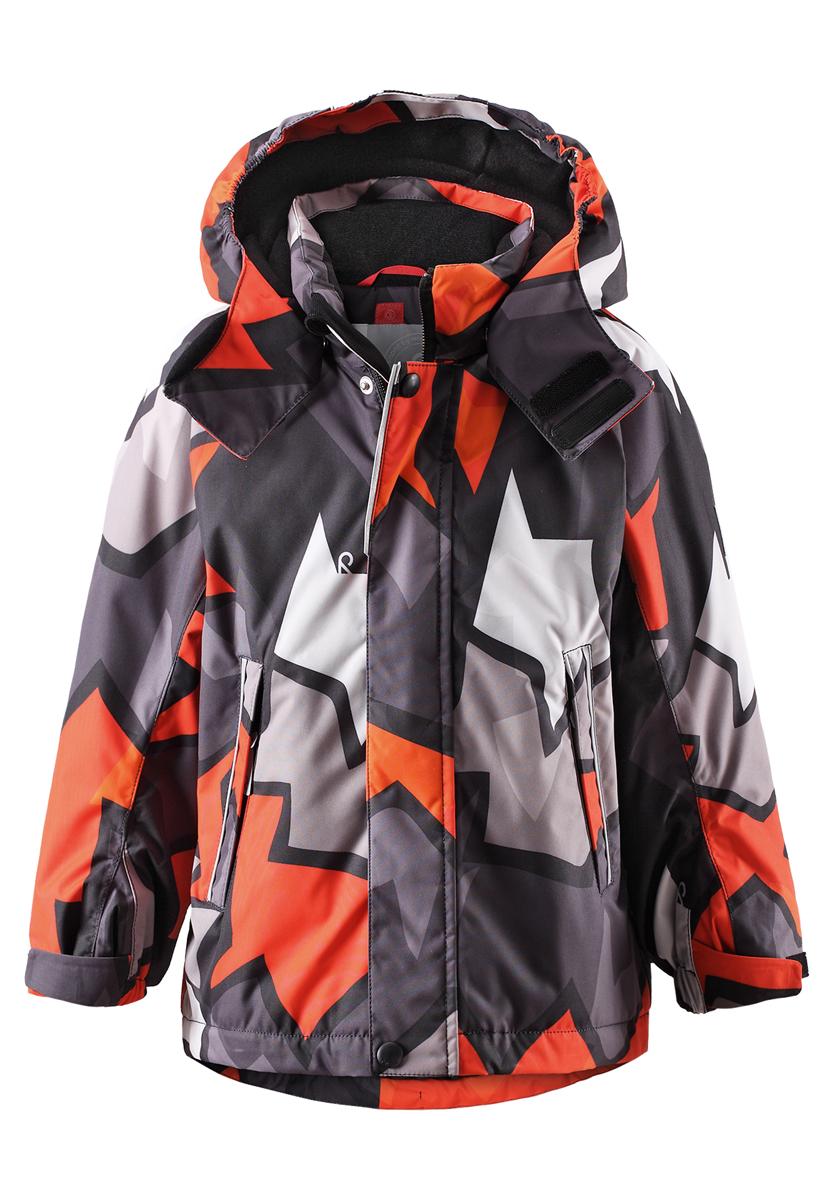 Куртка521465B_3711Куртка Reima Reimatec Kiekko со средней степенью утепления станет отличным дополнением к детскому гардеробу. Куртка изготовлена из водонепроницаемой и ветрозащитной мембранной ткани на подкладке из 100% полиэстера. Материал отличается высокой устойчивостью к трению, благодаря специальной обработке полиуретаном, поверхность изделия отталкивает грязь и воду, что облегчает поддержание аккуратного вида одежды. Куртка полностью водонепроницаема, так как все ее швы проклеены для обеспечения максимальной защиты от воды. Дышащий материал изделия обеспечивает дополнительный комфорт. Концепция Reima Play Layers позволяет комбинировать слои одежды в зависимости от погоды и температуры на улице. В качестве утеплителя используется полиэстер. Куртка с воротником-стойкой и капюшоном застегивается на пластиковую застежку-молнию с защитой подбородка и дополнительно имеет две ветрозащитных планки, одна из которых на застежках-кнопках и липучках. Капюшон, присборенный по бокам...
