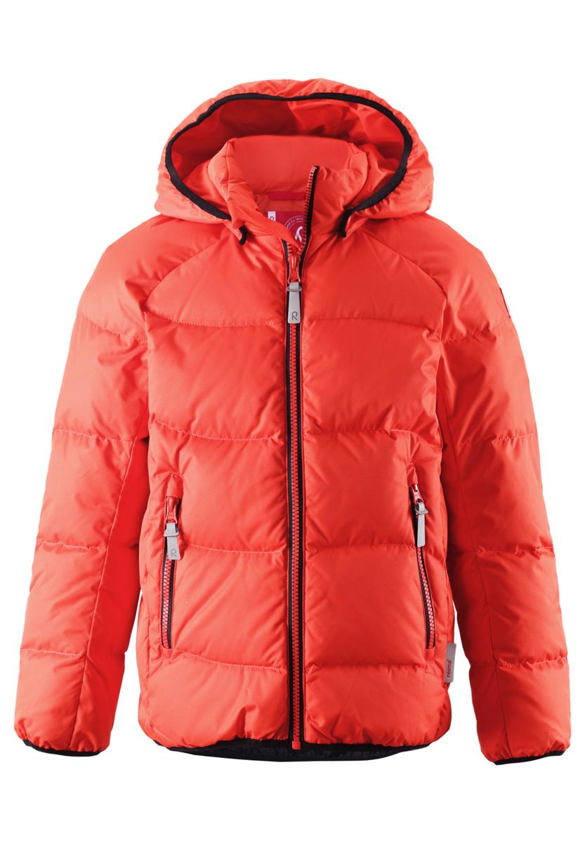 Куртка531236-3710Модная куртка Reima Viti станет отличным дополнением к детскому гардеробу. Куртка изготовлена из водонепроницаемой и ветрозащитной мембранной ткани - 100% полиэстера. Благодаря специальной обработке полиуретаном, поверхность изделия отталкивает грязь и воду, что облегчает поддержание аккуратного вида одежды. Куртка полностью водонепроницаема, так как все ее швы проклеены для обеспечения максимальной защиты от воды. Дышащий материал изделия обеспечивает дополнительный комфорт. Модель обладает высокой степенью утепления, так как в качестве утеплителя используется пух с добавлением пера. Куртка с воротником-стойкой и съемным капюшоном застегивается на застежку-молнию. Капюшон пристегивается к куртке с помощью кнопок. Изделие дополнено спереди двумя прорезными карманами с застежками-молниями. Манжеты рукавов, края капюшона и низ модели оформлены эластичной окантовкой. Светоотражающие элементы увеличивают безопасность вашего ребенка с темное время суток. Такая...