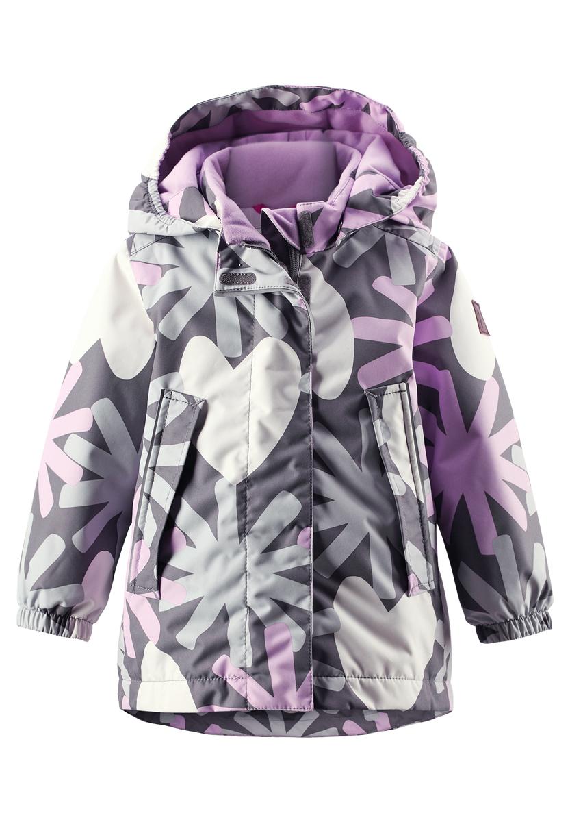 Куртка511216-4901Прелестная куртка Reima Misteli идеально подойдет для вашей принцессы в прохладное время года. Модель изготовлена из ветрозащитного и дышащего материала - 100% полиэстера с полиуретановым покрытием, которое предотвращает проникновением влаги и грязи. Подкладка и утеплитель выполнены из 100% полиэстера. Внешние швы проклеены, водонепроницаемы. Куртка с воротником-стойкой застегивается на застежку-молнию и дополнена ветрозащитным клапаном с застежками-липучками. Съемный капюшон, фиксирующийся с помощью кнопок, присборен спереди на эластичные резинки. С внутренней стороны по талии изделие дополнено регулируемой эластичной резинкой. Изделие дополнено спереди двумя прорезными карманами с клапанами на застежках-кнопках. Манжеты рукавов дополнены эластичными резинками. Спинка модели немного удлинена. Нижняя часть спинки оформлена светоотражающей фирменной нашивкой, один из рукавов - нашивкой с фирменным логотипом. Светоотражающие элементы увеличивают безопасность...