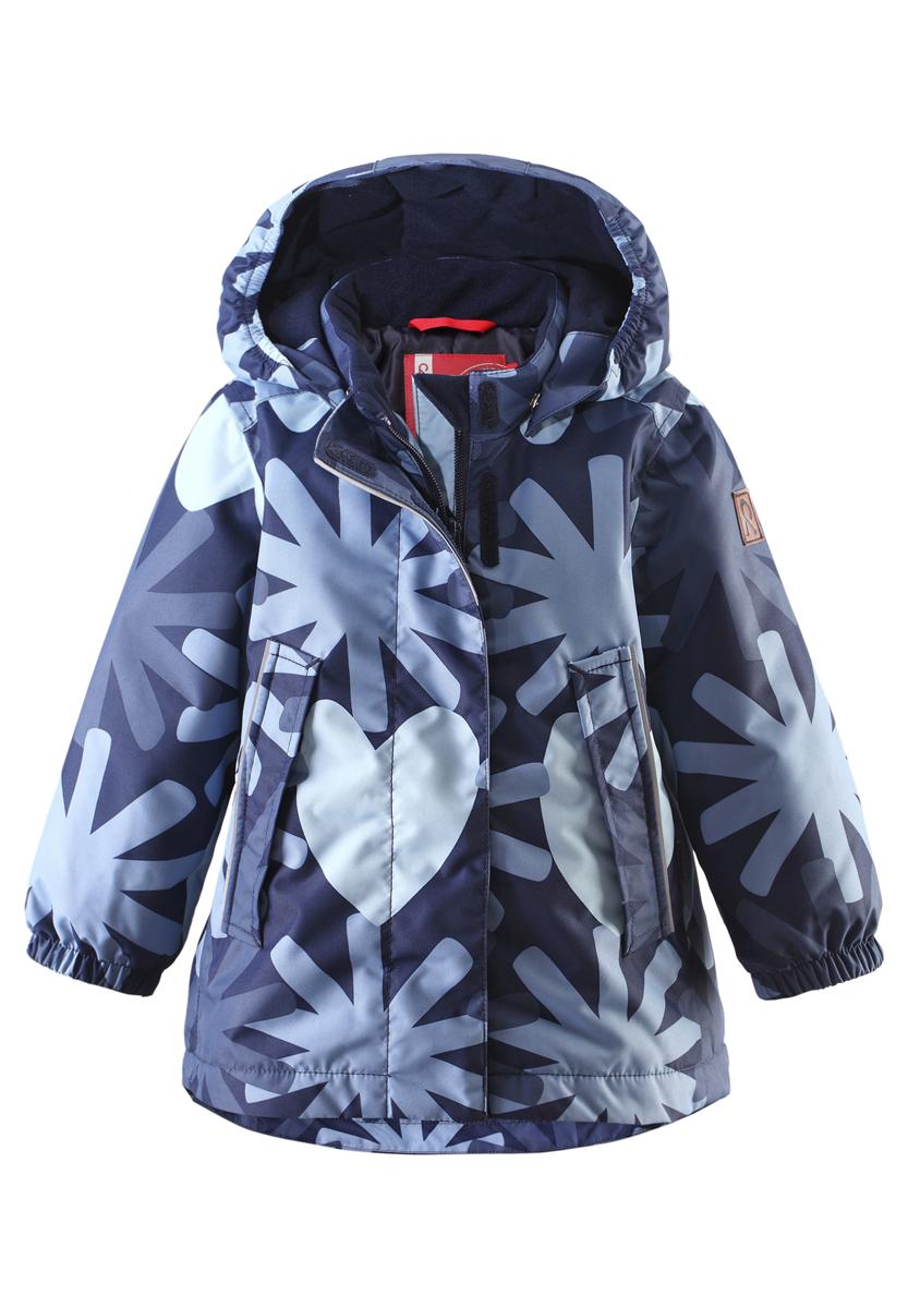 511216-4901Прелестная куртка Reima Misteli идеально подойдет для вашей принцессы в прохладное время года. Модель изготовлена из ветрозащитного и дышащего материала - 100% полиэстера с полиуретановым покрытием, которое предотвращает проникновением влаги и грязи. Подкладка и утеплитель выполнены из 100% полиэстера. Внешние швы проклеены, водонепроницаемы. Куртка с воротником-стойкой застегивается на застежку-молнию и дополнена ветрозащитным клапаном с застежками-липучками. Съемный капюшон, фиксирующийся с помощью кнопок, присборен спереди на эластичные резинки. С внутренней стороны по талии изделие дополнено регулируемой эластичной резинкой. Изделие дополнено спереди двумя прорезными карманами с клапанами на застежках-кнопках. Манжеты рукавов дополнены эластичными резинками. Спинка модели немного удлинена. Нижняя часть спинки оформлена светоотражающей фирменной нашивкой, один из рукавов - нашивкой с фирменным логотипом. Светоотражающие элементы увеличивают безопасность...
