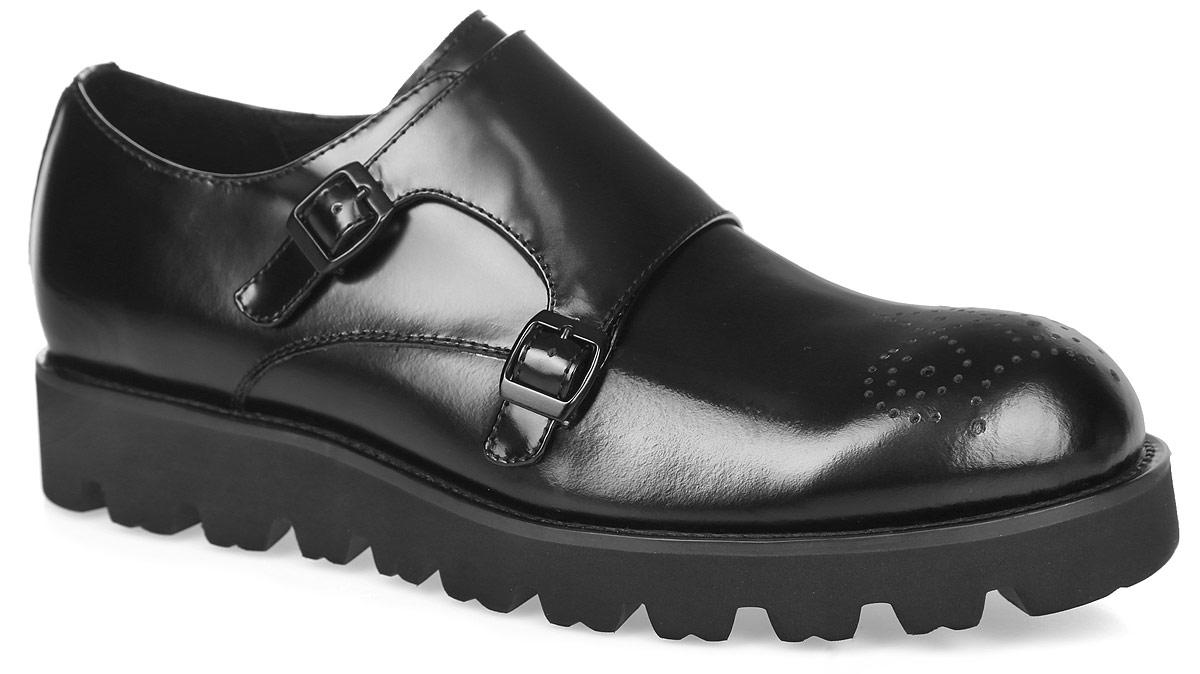Полуботинки мужские. M25115M25115Модные мужские полуботинки от Vitacci придутся вам по душе. Модель изготовлена из натуральной кожи и оформлена на мысе декоративной перфорацией. Подъем дополнен широким ремешком с металлическими пряжками, который надежно зафиксирует обувь на вашей ноге. Эластичная вставка, расположенная сбоку, обеспечит идеальную посадку модели на ноге. Подкладка из натуральной кожи обеспечивает дополнительный комфорт и предотвращает натирание. Рельефная стелька из материала ЭВА с поверхностью из натуральной кожи позволит ногам дышать. Утолщенная подошва с грубым протектором гарантирует идеальное сцепление с любой поверхностью. Модные полуботинки - необходимая вещь в гардеробе каждого мужчины.