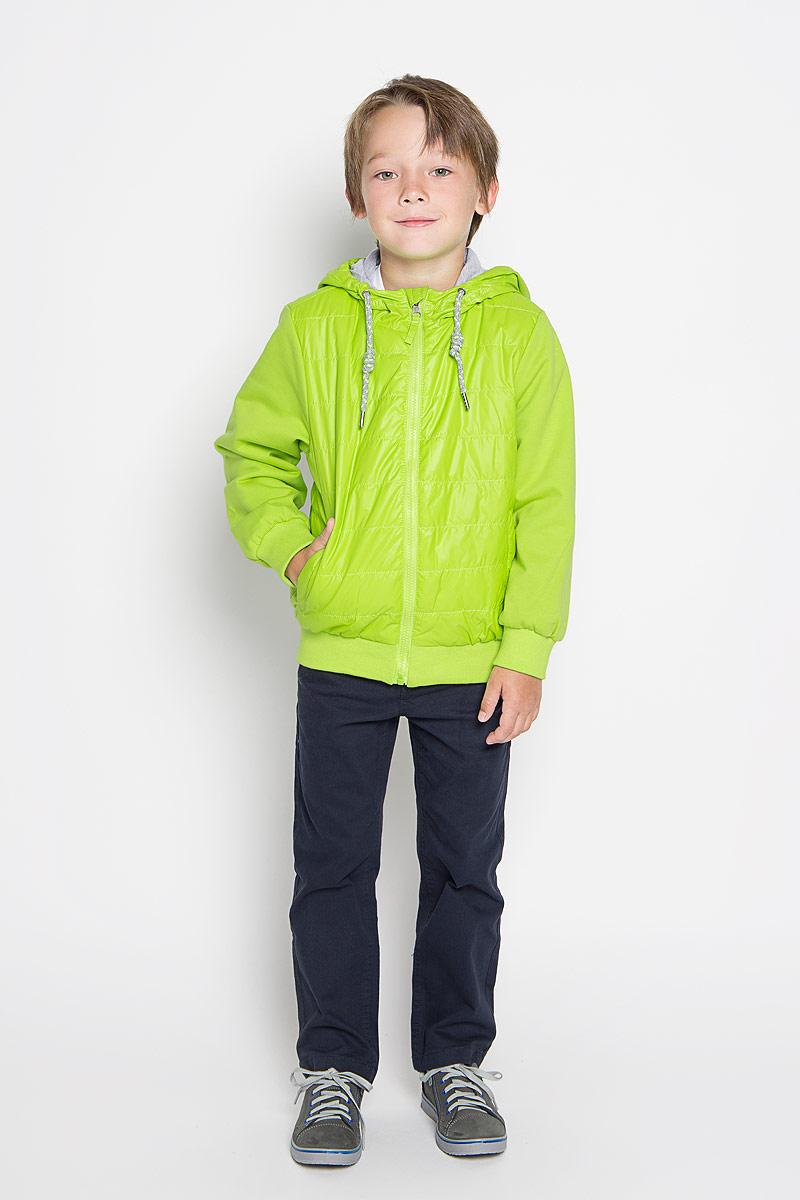 Ветровка196345Яркая ветровка для мальчика Sweet Berry станет отличным дополнением к детскому гардеробу. Модель изготовлена из полиэстера на трикотажной подкладке, она легкая, мягкая и приятная на ощупь. В качестве наполнителя используется синтепух, максимально сохраняющий тепло. Ветровка с капюшоном застегивается на пластиковую молнию с защитой подбородка и дополнительно имеет внутреннюю ветрозащитную планку. Капюшон не отстегивается, по краю дополнен затягивающимся шнурком. Спереди предусмотрены два втачных кармана. На трикотажных рукавах имеются широкие манжеты. По низу изделия проходит широкая резинка, предотвращающая попадание холодного воздуха. Легкая и комфортная ветровка идеально подойдет для прогулок и игр на свежем воздухе!