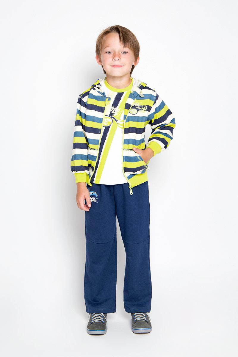 Комплект одеждыA2201-14Комплект для мальчика M&D, состоящий из лонгслива, толстовки и брюк, идеально подойдет вашему малышу для игр на свежем воздухе и дома. Толстовка с капюшоном и длинными рукавами изготовлена из 100% хлопка. Модель застегивается на пластиковую застежку-молнию с защитой подбородка. Манжеты рукавов и низ толстовки дополнены трикотажными резинками. Спереди имеются два накладных открытых кармана. Толстовка оформлена принтом в полоску. Брюки прямого кроя и стандартной посадки выполнены из 100% хлопка. Модель на талии имеет широкую резинку, благодаря чему брюки не сдавливают живот ребенка и не сползают. По бокам модель дополнена двумя втачными кармашками со скошенными краями. Изделие украшено небольшим принтом спереди . Лонгслив изготовлен из натурального хлопка. Модель с круглым вырезом горловины оформлена крупным принтом с в виде полосок и логотипа спереди. Горловина дополнена мягкой контрастной окантовкой. Комфортный, удобный и практичный комплект позволит...