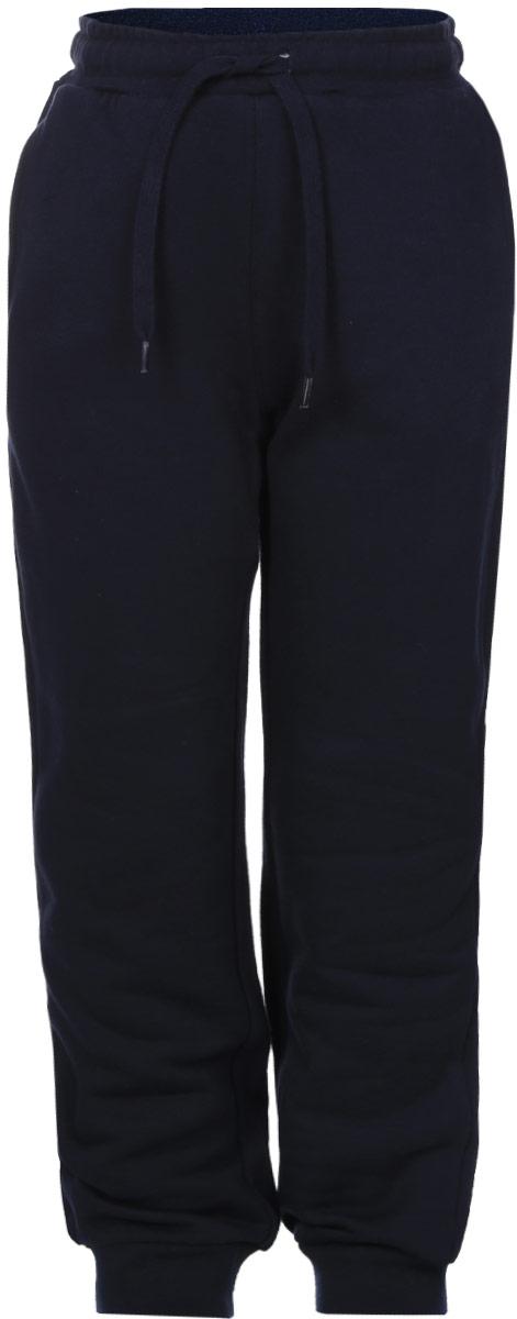 Pk-715/773-6332Утепленные спортивные брюки для мальчика Sela идеально подойдут для отдыха и прогулок. Изготовленные из натурального хлопка, они приятные на ощупь, не сковывают движения ребенка и позволяют коже дышать, обеспечивая наибольший комфорт. Изнаночная сторона с мягким теплым начесом. Брюки на талии имеют широкую трикотажную резинку с внутренним затягивающимся шнурком, что обеспечивает удобную посадку изделия на фигуре. Спереди расположены два прорезных кармана. Низ брючин дополнен широкими трикотажными манжетами. Дизайн, крой и расцветка делают эти брюки удобным и практичным предметом детской одежды. И дома, и на прогулке ребенку в них будет уютно и комфортно!