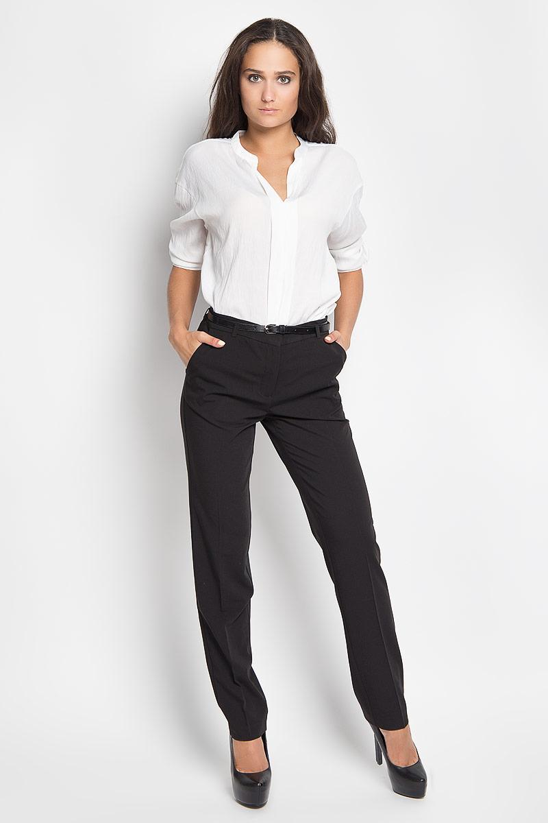 БрюкиP-115/750-6321Стильные женские брюки Sela станут отличным дополнением к вашему современному образу. Модель слегка зауженного к низу кроя выполнена из полиэстера с добавлением вискозы и эластана. Застегиваются брюки на пуговицу и крючок по поясу и ширинку на застежке-молнии, имеются шлевки для ремня. Спереди модель дополнена двумя втачными карманами со скошенными краями, а сзади - двумя прорезными карманами. Брюки дополнены узким поясом. В этих брюках вы всегда будете чувствовать себя уютно и комфортно.