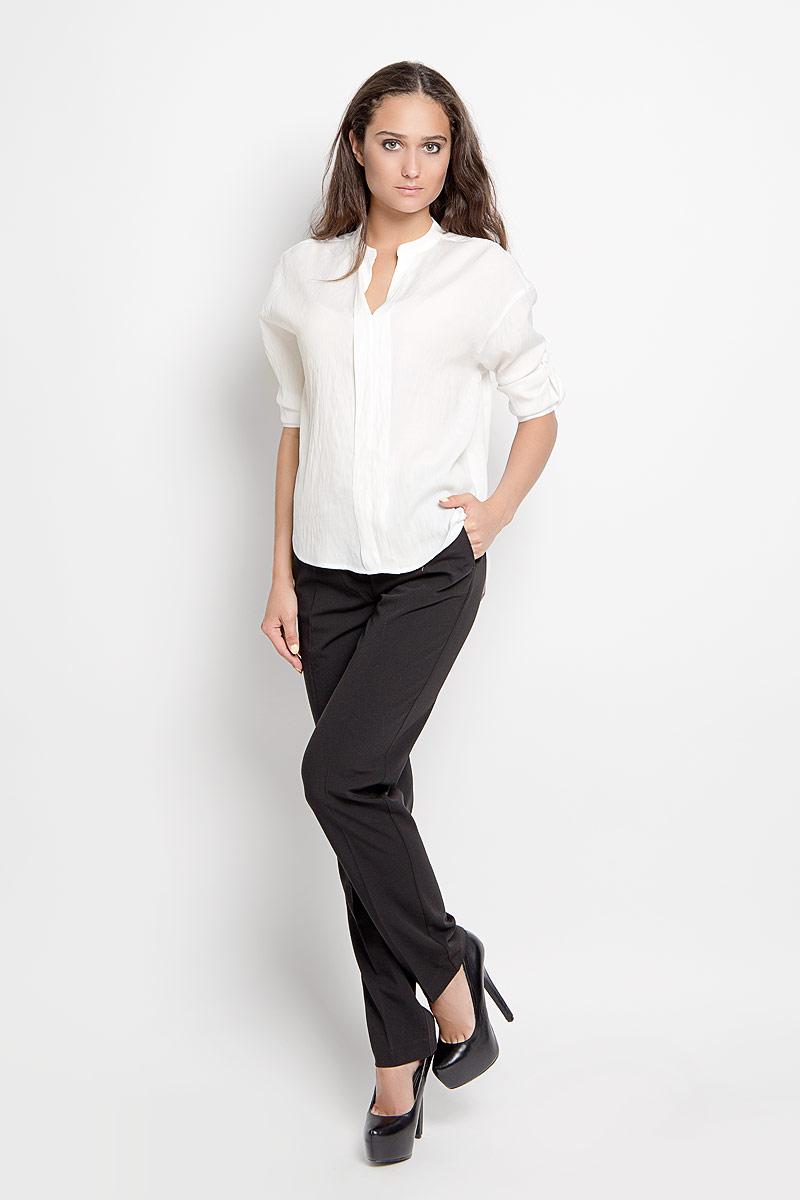БлузкаB-112/1134-6310Стильная женская блуза Sela, выполненная из полиэстера с добавлением вискозы, подчеркнет ваш уникальный стиль и поможет создать оригинальный женственный образ. Модель с V-образным вырезом горловины и рукавами 3/4. Низ рукавов дополнен манжетами на пуговицах. Также рукава дополнены небольшими хлястиками с помощью которых можно менять длину рукава. Спереди блуза оформлена небольшой складкой. Спинка модели немного удлинена. Такая блузка будет дарить вам комфорт в течение всего дня и послужит замечательным дополнением к вашему гардеробу.