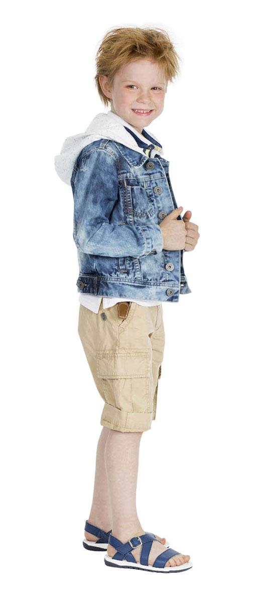 Шорты11604BMC6004Стильные шорты для мальчика Gulliver Воздухоплаватели идеально подойдут юному моднику для отдыха и прогулок. Изготовленные из натурального хлопка, они мягкие и приятные на ощупь, позволяют коже дышать. Шорты имеют комфортную длину и удобную посадку изделия на фигуре. Модель на талии застегивается на металлическую пуговицу и имеет ширинку на застежке-молнии, а также шлевки для ремня. С внутренней стороны пояс регулируется скрытой резинкой на пуговицах. Спереди расположены два втачных кармана, сзади - два прорезных, по бокам предусмотрены два объемных накладных кармана с клапанами. Модель дополнена декоративными отворотами. Изделие украшено металлической пластиной с фирменным логотипом. Современный дизайн и расцветка делают эти шорты модным предметом детской одежды. Обладатель таких шорт всегда будет в центре внимания!