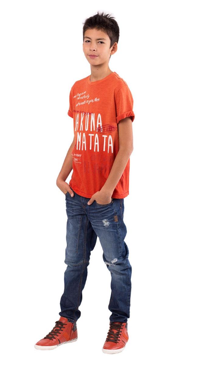 Футболка для мальчика Камбоджа. 11611BTC120211611BTC1202Яркая футболка для мальчика Gulliver Камбоджа станет отличным дополнением к гардеробу юного модника. Модель выполнена из натурального хлопка, очень мягкая и приятная на ощупь, не сковывает движения и позволяет коже дышать, обеспечивая комфорт. Футболка с круглым вырезом горловины и короткими рукавами оформлена прострочкой, принтовыми и вышитыми надписями. Она имеет эффект изделия, слегка выгоревшего на солнце. Вырез горловины дополнен трикотажной резинкой. На рукавах модели предусмотрены декоративные отвороты. Сзади расположена небольшая нашивка с названием бренда. Дизайн и расцветка делают эту футболку стильным и эффектным предметом детской одежды, в ней ребенок всегда будет в центре внимания!