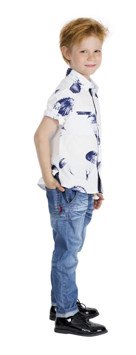 Рубашка11604BMC2303Модная рубашка для мальчика Gulliver Воздухоплаватели, выполненная из натурального хлопка, сделает образ ребенка свежим, интересным и оригинальным. Материал мягкий и приятный на ощупь, не сковывает движения и позволяет коже дышать, обеспечивая комфорт. Рубашка с отложным воротником и короткими рукавами застегивается на пуговицы по всей длине. На груди модели расположены прорезные карманы. На рукавах предусмотрены отвороты. Изделие оформлено принтом с изображением парашютистов по всей поверхности. Современный дизайн, отличное качество и эффектная отделка делают эту рубашку стильным предметом детской одежды. Обладатель такой рубашки всегда будет в центре внимания!