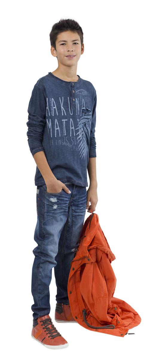 Лонгслив для мальчика Камбоджа. 11611BTC170111611BTC1701Лонгслив для мальчика Gulliver Камбоджа станет отличным дополнением к гардеробу юного модника. Модель выполнена из натурального хлопка, очень мягкая и приятная на ощупь, не сковывает движения и позволяет коже дышать, обеспечивая комфорт. При производстве данного изделия использовалась технология специального модного крашения Garment Dye. Лонгслив с круглым вырезом горловины и длинными рукавами застегивается сверху на три пуговицы. На груди расположен прорезной карман. Лонгслив имеет эффект изделия, слегка выгоревшего на солнце. Оформлена модель принтом с надписью, украшена прострочкой и небольшой нашивкой с названием бренда. Дизайн и расцветка делают этот лонгслив стильным предметом детской одежды, в нем ребенок всегда будет в центре внимания!