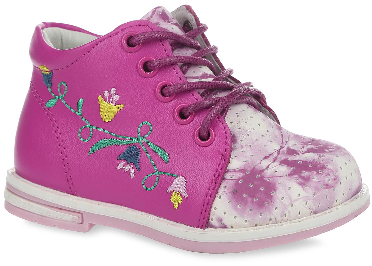 Ботинки для девочки. 10510-2210510-22Модные ботинки от Зебра придутся по душе вашей девочке. Модель выполнена из натуральной кожи, оформлена перфорацией, оригинальным абстрактным принтом и вышивкой на тыльной стороне. Вдоль ранта изделие оформлено крупной прострочкой. Боковая застежка-молния позволяет легко обувать и снимать ботинки, а функциональная шнуровка обеспечивает идеальную фиксацию обуви на ноге. Подкладка и стелька, изготовленные из натуральной кожи, абсорбируют образующуюся внутри обуви влагу, обеспечивают комфорт и уют при носке. Мягкая стелька из ЭВА материала дополнена супинатором с перфорацией, который гарантирует правильное положение ноги ребенка при ходьбе и предотвращает плоскостопие. Подошва с рельефной поверхностью обеспечивает идеальное сцепление с любой поверхностью. Широкий, устойчивый каблук продлен с внутренней стороны до середины стопы, чтобы исключить заваливание стопы вовнутрь. Такие ботинки займут достойное место среди коллекции обуви вашего ребенка.