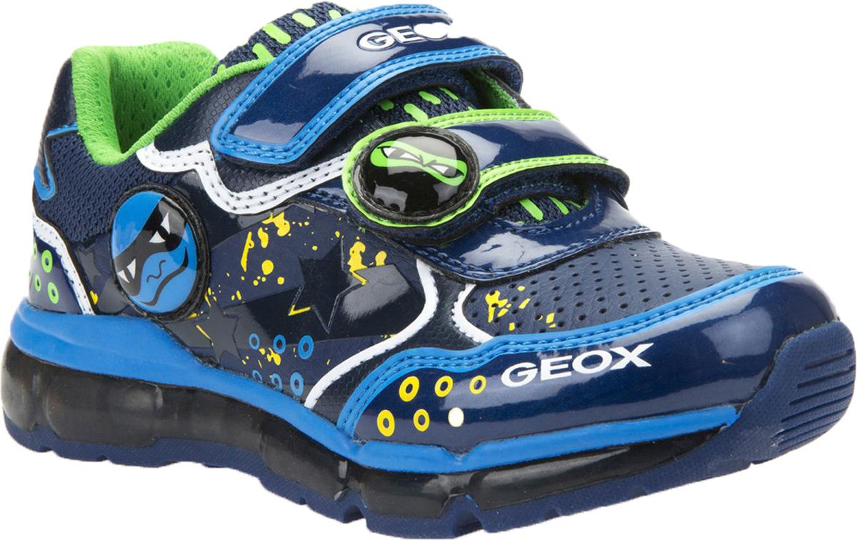 J6444C-0BUCE-C0693Модные кроссовки от Geox очаруют вашего мальчика с первого взгляда! Модель, выполненная из искусственной кожи и текстиля, оформлена оригинальным принтом, сбоку, на заднике и на ремешке - декоративными нашивками, на мысе - перфорацией. Ремешки с застежками-липучками гарантируют надежную фиксацию модели на ноге. Подкладка из текстиля не натирает. Стелька из материала ЭВА и натуральной кожи комфортна при движении. Перфорация на стельке позволяет ногам дышать. Встроенные в подошву светодиоды мерцают разноцветными огоньками при каждом шаге. Рифление на подошве гарантирует идеальное сцепление с любой поверхностью. Модные кроссовки займут достойное место среди коллекции обуви вашего мальчика!