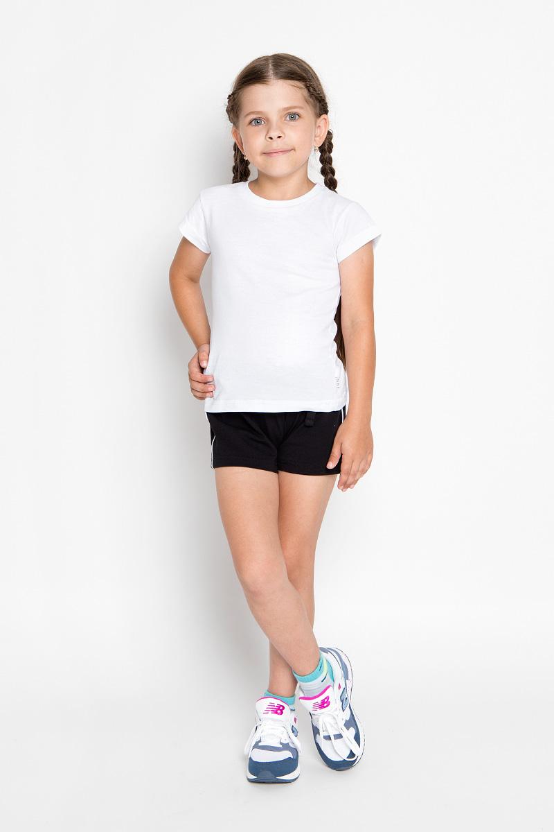 Комплект одеждыCJR260001A-1/CJR260001B-1Комплект одежды для девочки Nota Bene состоит из футболки и шорт. Футболка выполнена из натурального хлопка, шорты - из эластичного. Комплект очень мягкий, приятный к телу, не сковывает движения, хорошо пропускает воздух. Футболка с круглым вырезом горловины и короткими рукавами оформлена сзади принтовыми надписями. В боковом шве модель дополнена нашивкой с логотипом N&B. Шорты на талии имеют пояс на резинке, благодаря чему они не сдавливают живот ребенка и не сползают. Объем пояса также регулируется при помощи затягивающегося шнурка. Боковые швы оформлены кантом контрастного цвета. В таком комплекте ребенок будет чувствовать себя комфортно и уютно во время отдыха или занятий спортом!