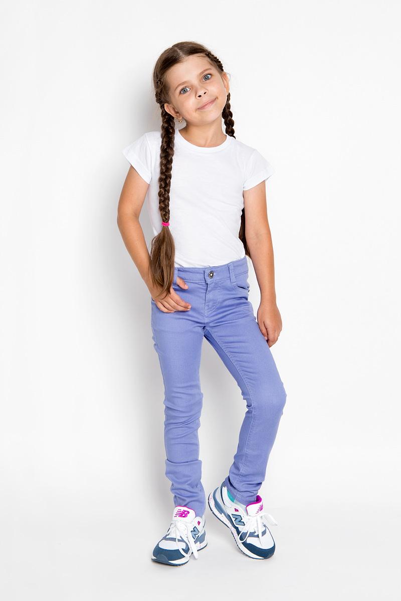 БрюкиSCFSG-629-26001-412 мод.F2-001Стильные брюки для девочки Silver Spoon Casual идеально подойдут юной моднице. Выполненные из хлопка с добавлением полиэстера и эластана, они мягкие и приятные на ощупь, не сковывают движения и позволяют коже дышать, обеспечивая комфорт. Брюки-слим застегиваются на пуговицу и имеют ширинку на металлической застежке-молнии. С внутренней стороны пояс регулируется при помощи скрытой резинки на пуговицах. Спереди модель дополнена двумя втачными карманами и маленьким накладным кармашком, а сзади - двумя накладными карманами. Изделие украшено металлическими клепками со стразами и фирменной нашивкой. Дизайн и расцветка делают эти брюки модным и стильным предметом детской одежды. В них ваша принцесса всегда будет в центре внимания!