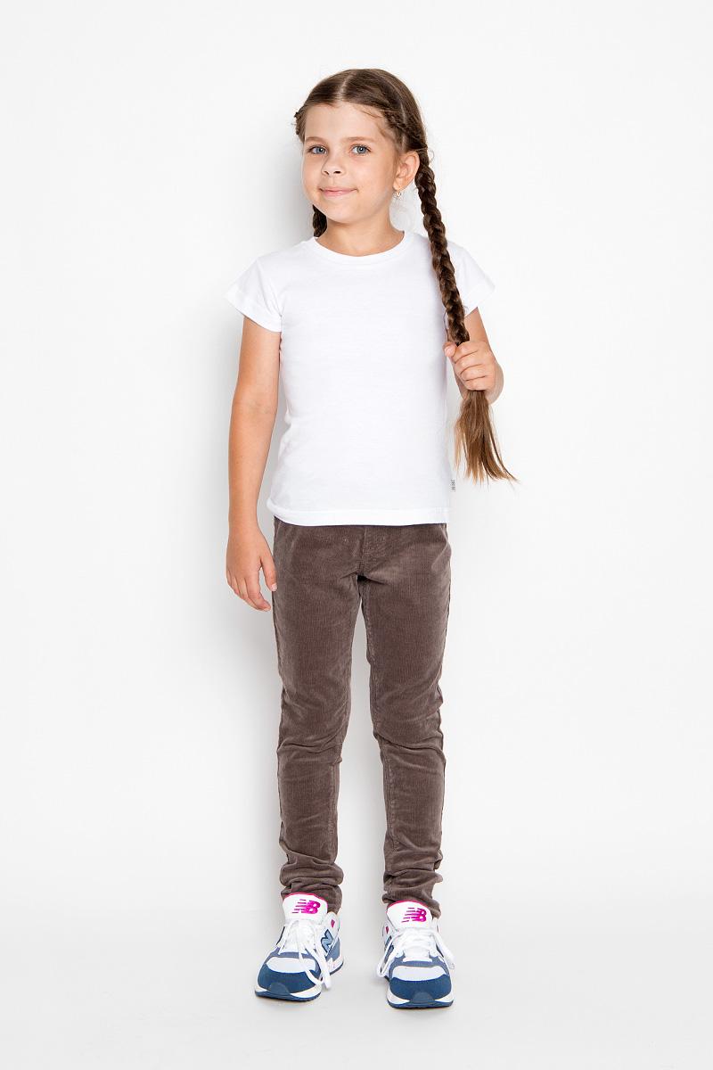 Брюки для девочки. P-615/107-6351P-615/107-6351Удобные брюки для девочки Sela идеально подойдут вашей маленькой моднице. Изготовленные из эластичного хлопка, они мягкие и приятные на ощупь, не сковывают движения, сохраняют тепло и позволяют коже дышать, обеспечивая наибольший комфорт. Прямые брюки, выполненные из бархатистого вельветового материала, имеют широкую мягкую резинку на поясе, благодаря чему не сдавливают живот ребенка и не сползают. Модель оформлена имитацией ширинки и втачных карманов спереди. Сзади изделие дополнено двумя накладными карманами. Практичные и стильные брюки идеально подойдут вашей малышке, а модная расцветка и высококачественный материал позволят ей комфортно чувствовать себя в течение дня!