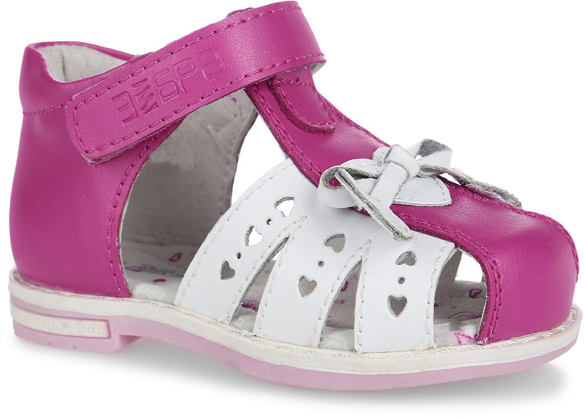 10560-9Замечательные сандалии от Зебра придутся по душе вашей девочке и идеально подойдут для повседневной носки в летнюю погоду! Модель, выполненная из натуральной кожи, на мысе декорирована бантиком и нашивкой в виде сердечка. Ремешок с застежкой-липучкой, оформленный тиснением с названием бренда, обеспечивает надежную фиксацию модели на ноге. Подкладка выполнена из натуральной кожи, что предотвращает натирание и гарантирует уют. Стелька из ЭВА материала с поверхностью из натуральной кожи оснащена небольшим супинатором с перфорацией, который обеспечивает правильное положение ноги ребенка при ходьбе и предотвращает плоскостопие. Ортопедический каблук укрепляет подошву под средней частью стопы и препятствует ее заваливанию внутрь. Подошва с рифлением обеспечивает идеальное сцепление с любыми поверхностями. Стильные сандалии - незаменимая вещь в гардеробе каждой девочки!