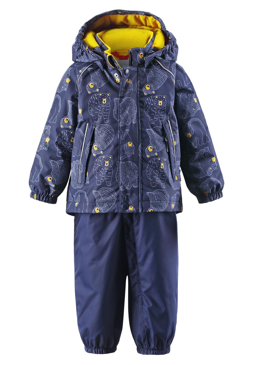 Комплект верхней одежды513101R-6987Благодаря забавному рисунку с медвежонком этот непромокаемый зимний комплект для малышей сделает морозное утро веселее! Зимняя куртка и брюки для малышей изготовлены из водо- и ветронепроницаемого, дышащего материала с водо- и грязеотталкивающей поверхностью. Все швы в куртке и брюках проклеены и водонепроницаемы, поэтому неожиданный снегопад или дождь не помешает веселым играм на свежем воздухе! Эта куртка с подкладкой из гладкого полиэстера легко надевается, ее очень удобно носить с теплым промежуточным слоем. Куртка прямого кроя с безопасным съемным капюшоном. Капюшон обеспечивает дополнительную безопасность во время активных прогулок - кнопки легко отстегиваются, если капюшон случайно за что-нибудь зацепится. Брюки с высокой талией и регулируемыми подтяжками будут сидеть точно по фигуре, а длинная молния спереди облегчит надевание. Благодаря дополнительной вставке из ватина малыши не замерзнут, сидя на снегу или катаясь с горы. Брючины с прочными силиконовыми штрипками на концах...