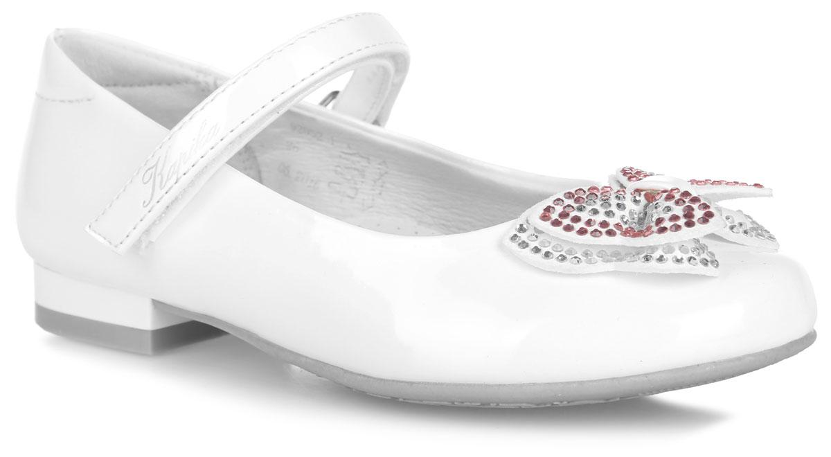 Туфли для девочки. 92052-192052-1Прелестные туфли от Kapika придутся по душе вашей юной моднице! Модель на невысоком каблуке выполнена из искусственной кожи с блестящей поверхностью и оформлена на мысе - роскошным бантом, декорированным стразами. Подкладка, изготовленная из натуральной кожи, комфортна при движении. Стелька из ЭВА материала с поверхностью из натуральной кожи дополнена супинатором, который обеспечивает правильное положение ноги ребенка при ходьбе, предотвращает плоскостопие. Ремешок на застежке-липучке, украшенный названием бренда, надежно зафиксирует изделие на ноге. Подошва оснащена рифлением для лучшего сцепления с различными поверхностями. Удобные туфли - незаменимая вещь в гардеробе каждой девочки.