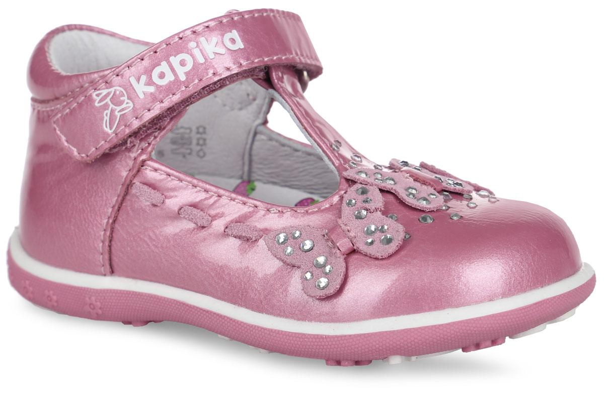 Туфли для девочки. 21271-121271-1Чудесные туфли от Kapika придутся по душе вашей юной моднице! Модель, изготовленная из натуральной лакированной кожи, оформлена на мысе декоративными бабочками и стразами, по бокам - декоративной шнуровкой из кожи. Ремешок с застежкой-липучкой, оформленный фирменным тиснением, надежно зафиксирует модель на ноге. Подкладка, изготовленная из натуральной кожи, предотвратит натирание и гарантирует оптимальный микроклимат внутри обуви. Стелька из ЭВА материала с поверхностью из натуральной кожи дополнена супинатором с перфорацией, который обеспечивает правильное положение ноги ребенка при ходьбе, предотвращает плоскостопие. Подошва с рифлением обеспечивает идеальное сцепление с любыми поверхностями. Удобные туфли - незаменимая вещь в гардеробе каждой девочки.