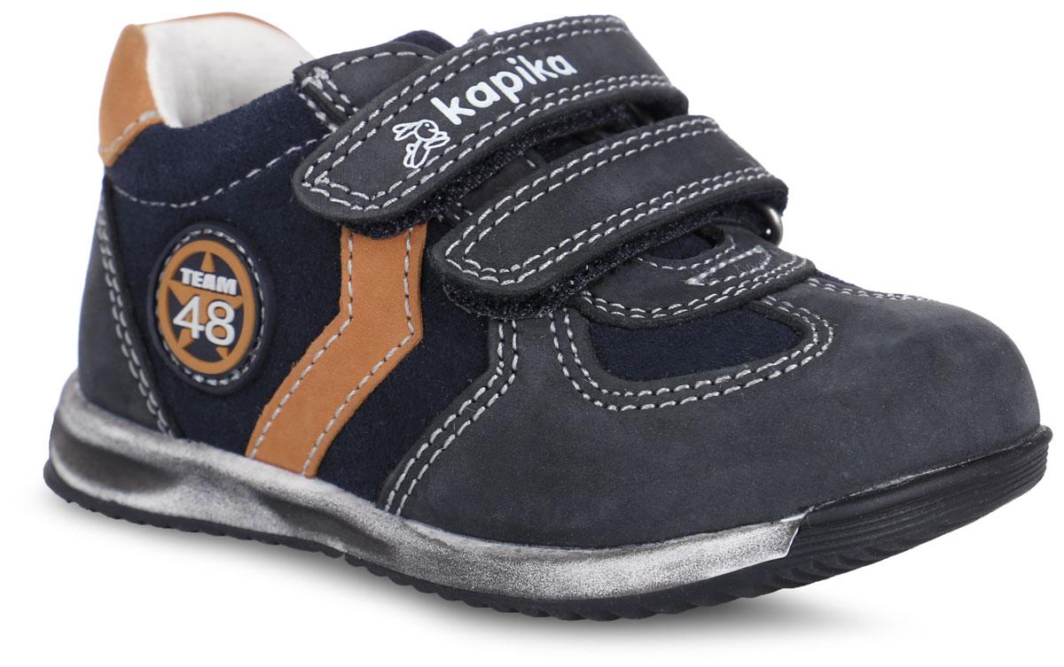 21286-2Стильные полуботинки от Kapika займут достойное место среди коллекции обуви вашего мальчика. Модель выполнена из натуральной кожи и оформлена контрастной прострочкой, сбоку - нашивкой из ПВХ, на ремешке - фирменным тиснением. Ремешки с застежками-липучками надежно зафиксируют обувь на ноге. Внутренняя поверхность из натуральной кожи и стелька из материала ЭВА с поверхностью из натуральной кожи обеспечат ногам комфорт и уют. Анатомическая стелька дополнена супинатором с перфорацией, который обеспечивает правильное положение стопы ребенка при ходьбе и предотвращает плоскостопие. Подошва с рифлением обеспечивает отличное сцепление с любой поверхностью. Трендовые полуботинки придутся по душе вашему мальчику.