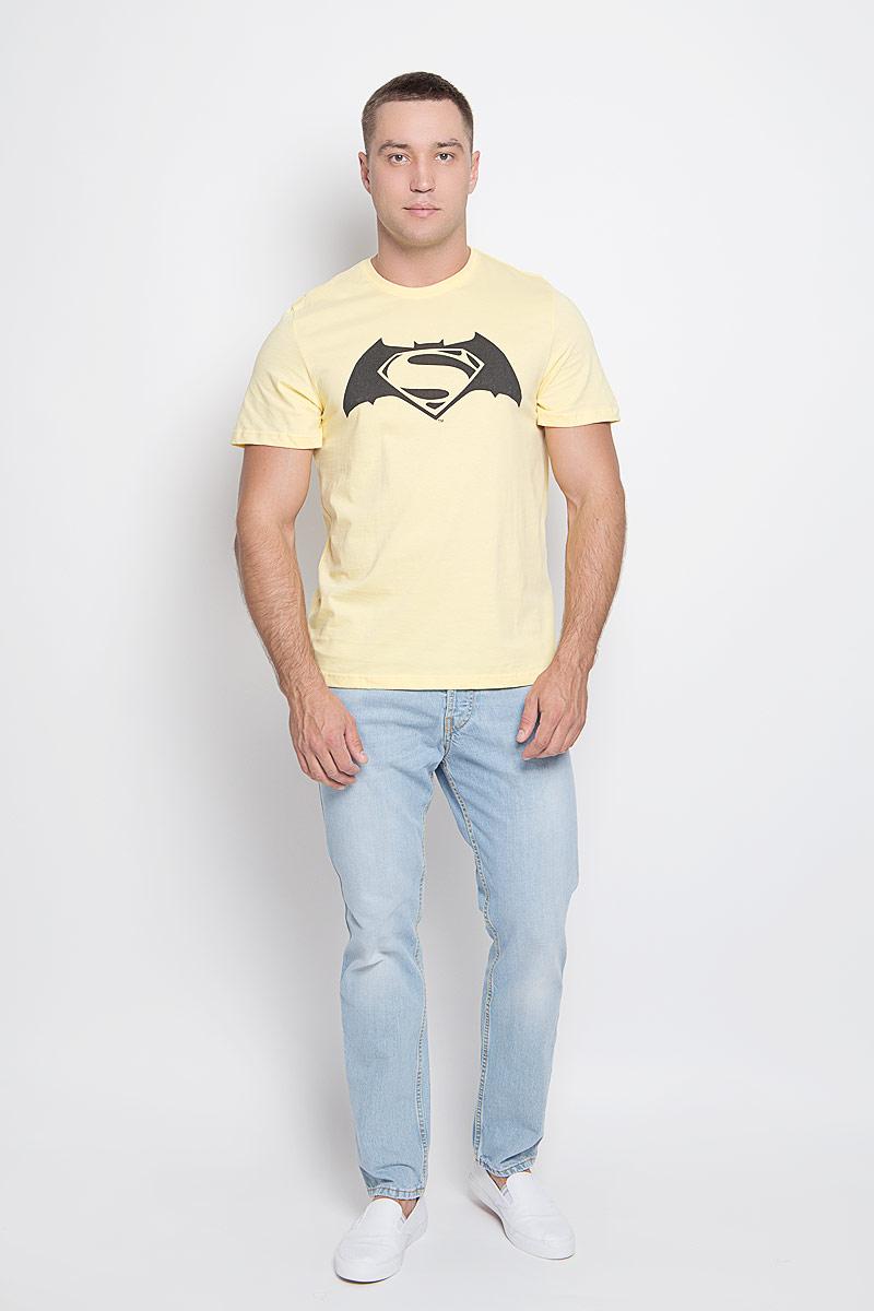Футболка мужская Superman. 4291242912Оригинальная мужская футболка RHS Superman, выполненная из высококачественного хлопка, обладает высокой теплопроводностью, воздухопроницаемостью и гигроскопичностью, позволяет коже дышать. Модель с короткими рукавами и круглым вырезом горловины, оформлена принтом спереди на тематику Batman. Горловина дополнена эластичной трикотажной резинкой. Идеальный вариант для тех, кто ценит комфорт и качество.