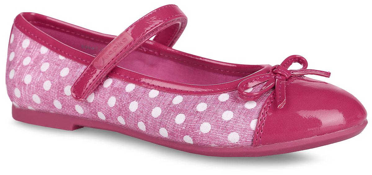 Туфли для девочки. 93047-393047-3Очаровательные туфли от Kapika придутся по душе вашей юной моднице! Модель выполнена из текстиля с оригинальным принтом и дополнена вставками из искусственной лаковой кожи. Мыс туфель оформлен декоративным бантиком. Застегивается модель на ремешок с липучкой, оформленный фирменной нашивкой. Внутренняя поверхность выполнена из текстиля. Стелька из ЭВА материала с поверхностью из натуральной кожи дополнена супинатором, который обеспечивает правильное положение ноги ребенка при ходьбе, предотвращает плоскостопие. Рифленая поверхность подошвы гарантирует отличное сцепление с любыми поверхностями. Удобные туфли - незаменимая вещь в гардеробе каждой девочки.
