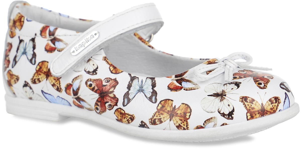 Туфли для девочки. 22326-222326-2Чудесные туфли от Kapika придутся по душе вашей юной моднице! Модель, изготовленная из натуральной кожи, оформлена принтом в виде бабочек. На мысе одна из туфель декорирована бантиком с металлическими элементами в виде сердечек. Ремешок с застежкой-липучкой надежно зафиксирует модель на ноге. Подкладка, изготовленная из натуральной кожи, предотвратит натирание и гарантирует оптимальный микроклимат внутри обуви. Стелька из ЭВА материала с поверхностью из натуральной кожи дополнена супинатором, который обеспечивает правильное положение ноги ребенка при ходьбе, предотвращает плоскостопие. Подошва с рифлением обеспечивает идеальное сцепление с любыми поверхностями. Удобные туфли - незаменимая вещь в гардеробе каждой девочки.