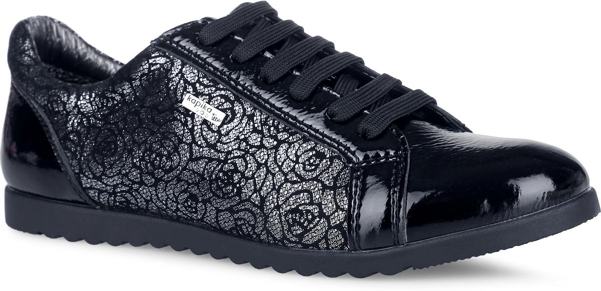 Полуботинки для девочки. 2443324433Модные полуботинки от Kapika не оставят равнодушной вашу девочку! Модель, выполненная из натуральной и искусственной кожи, оформлена оригинальным принтом по бокам с блестящей поверхностью и металлической пластиной с логотипом бренда. Шнуровка обеспечивает надежную фиксацию обуви на ноге. Боковая застежка-молния позволяет легко снимать и обувать модель. Подкладка и стелька из натуральной кожи комфортны при движении. Анатомическая антибактериальная стелька дополнена супинатором с перфорацией, который обеспечивает правильное положение ноги ребенка при ходьбе, предотвращает плоскостопие. Перфорация на стельке позволяет ногам дышать. Протектор на подошве обеспечивает отличное сцепление с любой поверхностью. Стильные полуботинки - незаменимая вещь в гардеробе вашей девочки.