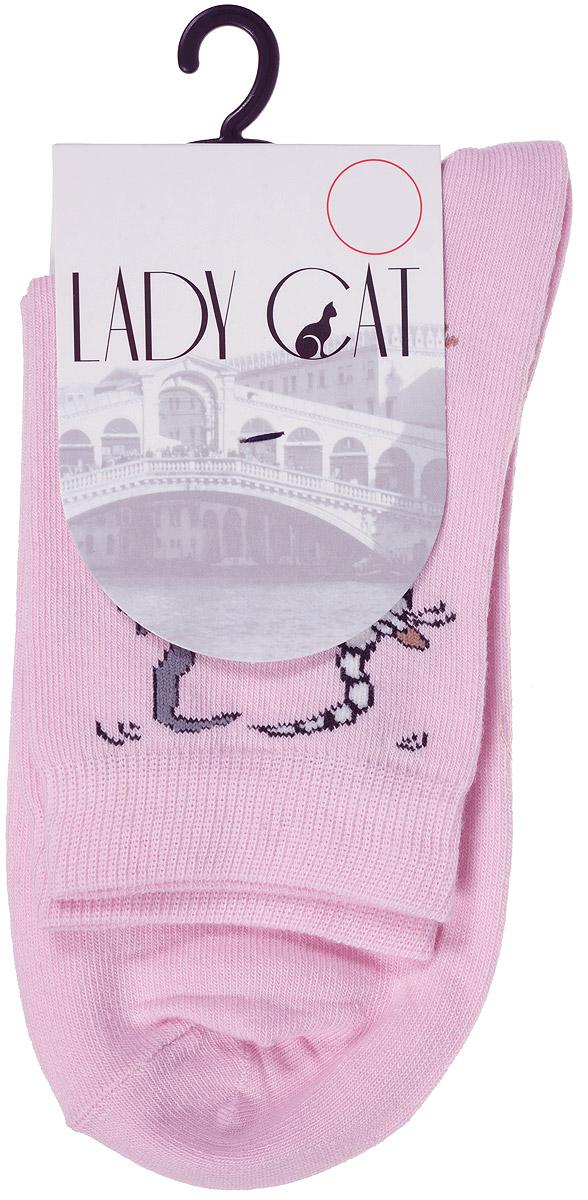 НоскиМ 3002Удобные женские носки Lady Cat, изготовленные из высококачественного комбинированного материала, очень мягкие и приятные на ощупь, позволяют коже дышать. Эластичная резинка плотно облегает ногу, не сдавливая ее, обеспечивая комфорт и удобство. Носки со стандартным паголенком оформлены принтом в виде забавных кошечек. Удобные и комфортные носки великолепно подойдут к любой вашей обуви.