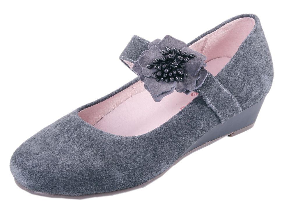 Туфли для девочки. 632139-23632139-23Туфли школьные. Материал верха обуви натуральная кожа-велюр. Ремень-резинка украшена декоротивным цветочком. Подошва модели клеевая, дополнена невысокой танкеткой. Стелька из натуральной кожи, дублированная мягким вспененным материалом, обладает свойствами гигроскопичности и воздухопроницаемости, что обеспечит полный комфорт ножке в течение всего дня.
