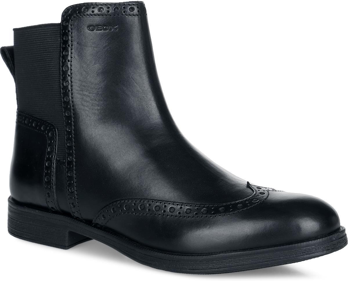 Ботинки для девочки. J6449A-043NH-C9999J6449A-043NH-C9999Стильные ботинки от Geox придутся по душе вашей девочке! Модель, изготовленная из натуральной кожи, дополнена эластичной вставкой и оформлена перфорацией. Подкладка из мягкого текстиля и стелька из материала ЭВА с мягкой текстильной поверхностью не дадут ногам замерзнуть. Небольшой каблук и подошва с рифлением обеспечивают отличное сцепление с любыми поверхностями. Технология Net Breathing System создает уникальные сенсорные ощущения с каждым шагом и обеспечивает комфорт в течение всего дня. Кроме того, она обеспечивает превосходные дышащие свойства даже при повышенной температуре. Отверстия в подошве в сочетании с особой мембраной улучшают дышащие свойства, которые обеспечивают высокую эффективность технологии даже в жарком климате. Специальный слой защищает всю ступню, включая открытые участки подошвы, без ущерба эффективности мембраны. Удобные ботинки - незаменимая вещь в гардеробе каждой девочки!