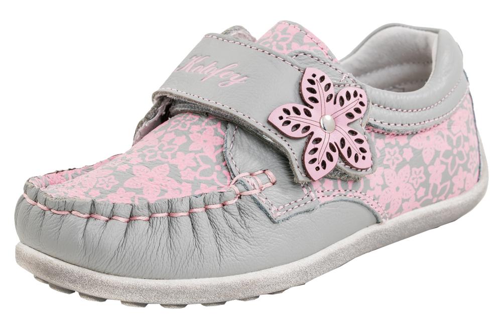 Мокасины для девочки. 132091-21132091-21Туфли-мокасины для девочек из натуральной кожи. Выполнены в нежном серо-розовом цвете. Кожаная подкладка абсорбирует образующуюся внутри обуви влагу и гарантирует полный комфорт. Идеальна для теплой осенней погоды и в качестве сменной обуви